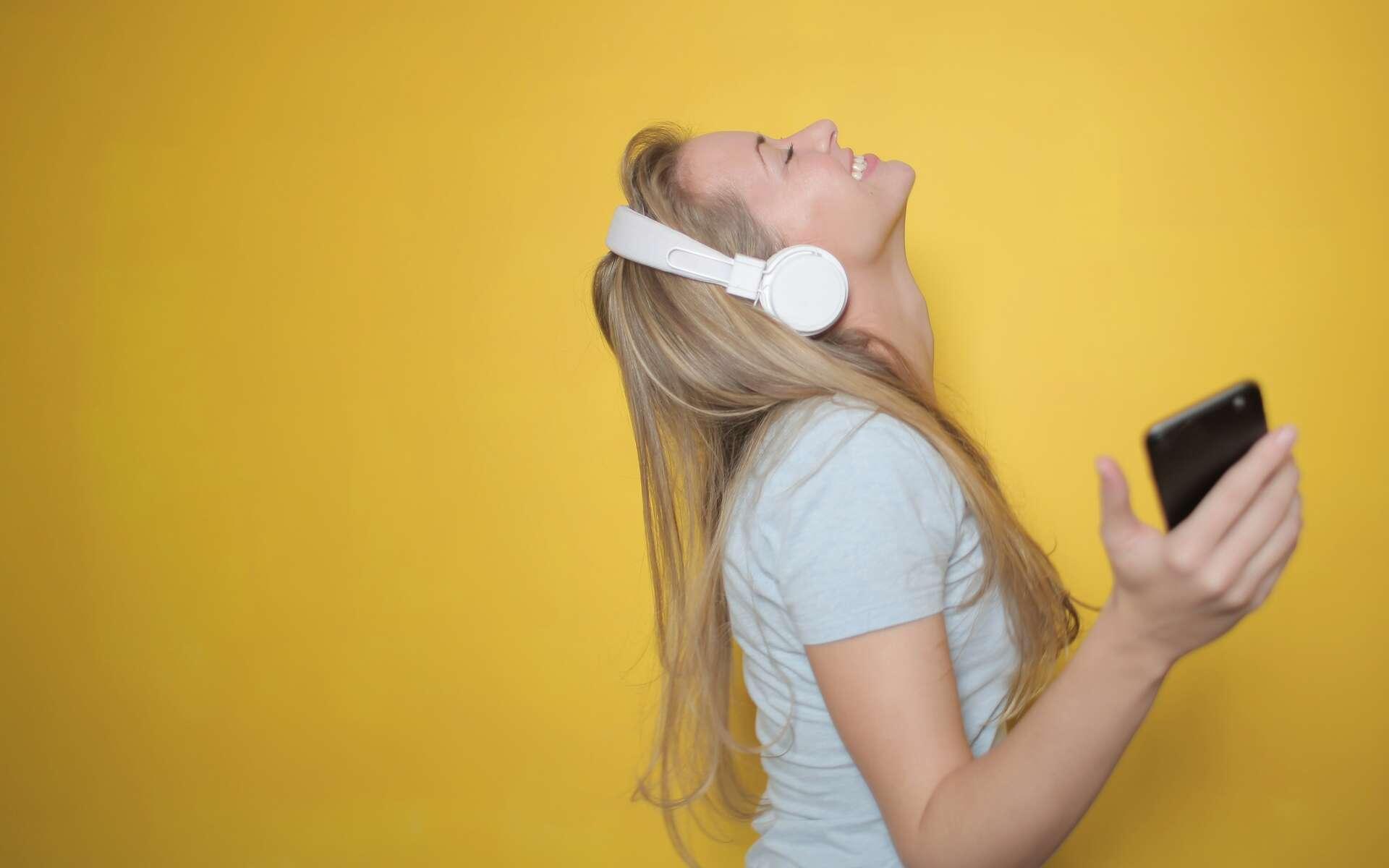 Ecoutez vos musiques en toute tranquillité avec les forfaits pas chers B&You © Andrea Piacquadio, Pexels
