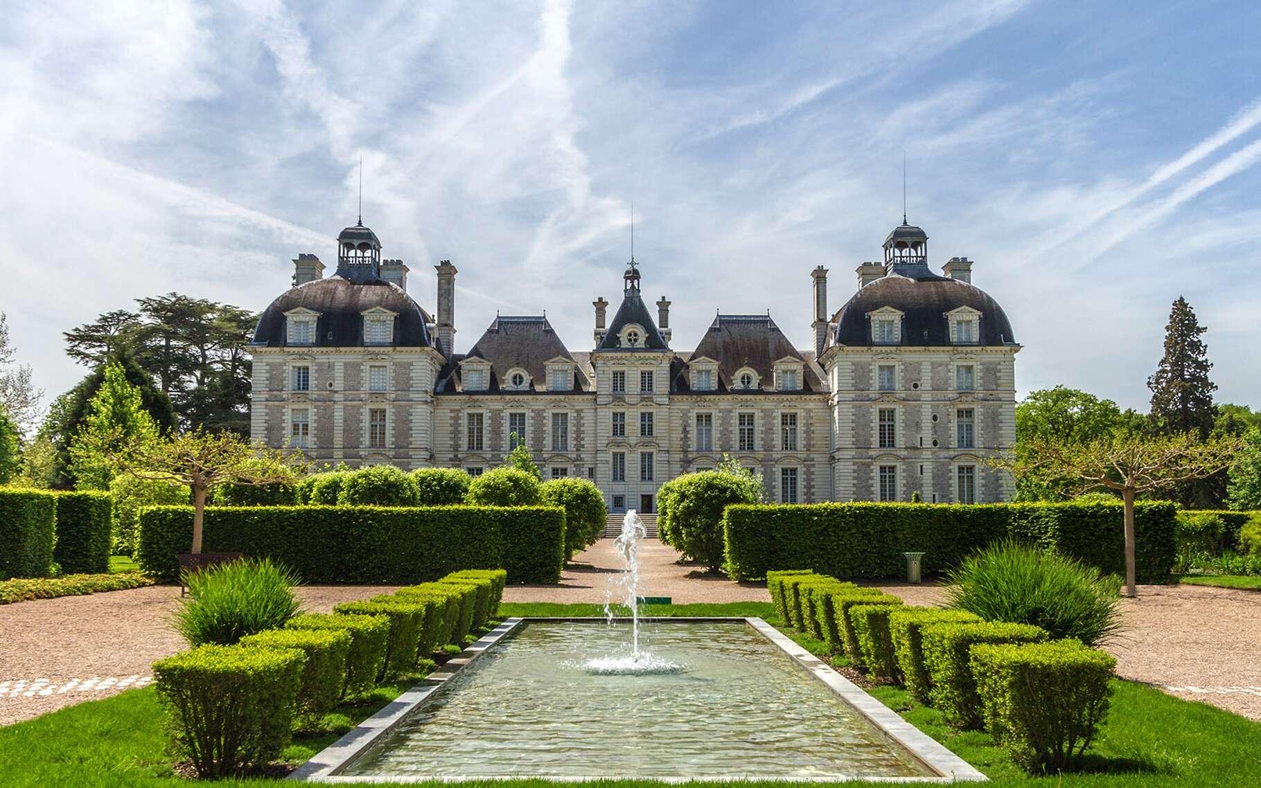 Classé aux monuments historiques, ce château, sis sur la commune de Cheverny, en Sologne (Loir-et-Cher), est un modèle d'architecture classique que l'on doit à Jacques Bougier, très inspiré par le précurseur François Mansart qui a renouvelé le style des demeures aristocratiques. La construction a débuté en 1624, sous le règne de Louis XIII, pour la famille Hurault qui en est toujours propriétaire depuis six siècles. Son style frappe par son homogénéité et sa blancheur, en raison de l'utilisation pour sa construction de la « pierre de Bourré ». Le corps principal est encadré par deux pavillons, l'ensemble étant surmonté de hauts toits. L'état de conservation du château extérieur et intérieur — avec ses nombreuses pièces richement meublées de mobilier d'époque de tapisseries murales, de peintures — en fait l'un des châteaux les plus fréquentés.Outre son style Grand siècle, la silhouette de ce château est familière à plus d'un titre car ce bâtiment a inspiré le dessinateur belge, Hergé, pour planter le décor des aventures de Tintin et son célèbre château de Moulinsart apparu pour la 1re fois dans Le secret de la licorne. Le parc de 100 hectares, avec son allée principale longue de 6 km et ses pièces d'eau, est un modèle de jardin à la française. Il abrite une orangerie et un chenil car, dans son enceinte, sont encore organisées des chasses à courre. Le baptême des chiots de la meute a lieu une fois par an au mois de mai et les visiteurs sont invités à leur donner un nom ; jusqu'à 2020, la lettre à l'honneur sera le « P » !Château de Cheverny. © Benh Lieu Song, Wikimedia Commons, CC by-sa 4.0