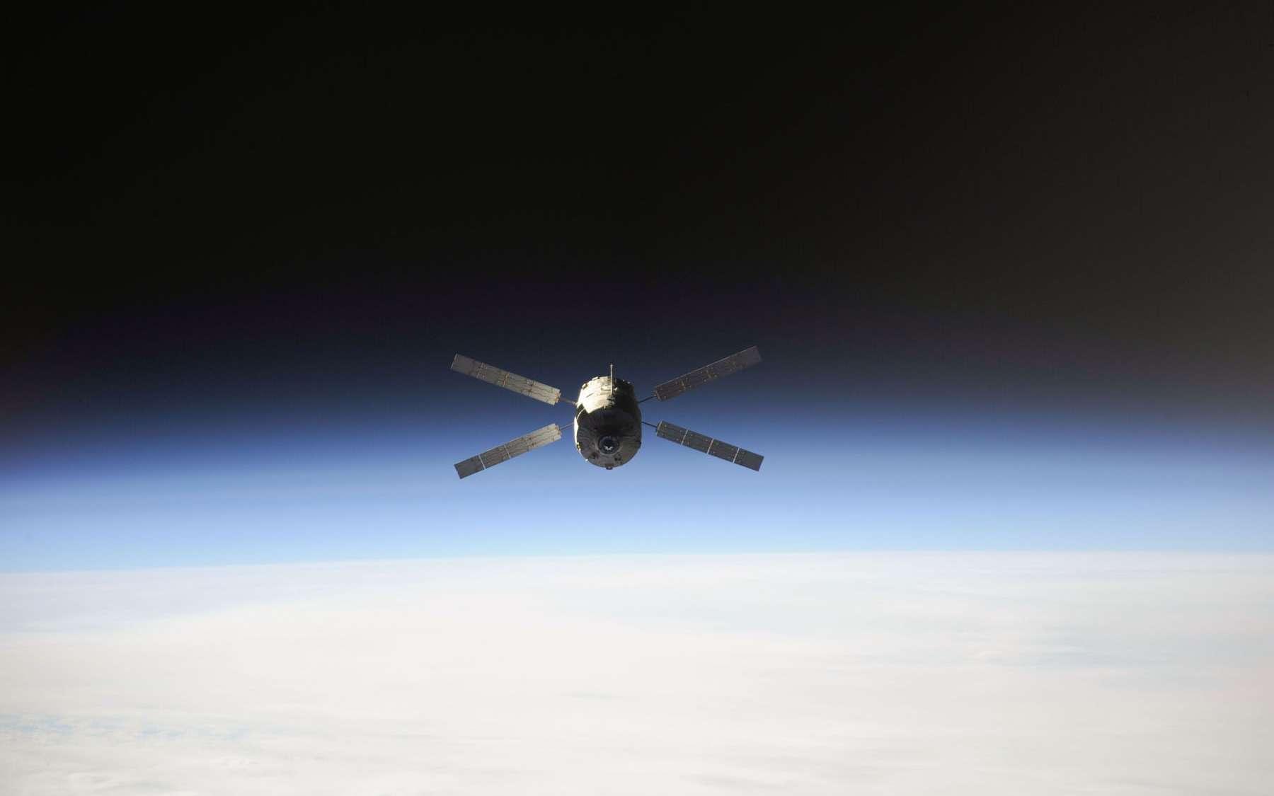L'ATV-4 Albert Einstein lors de sa rentrée destructive en octobre 2013. Il est ici vu depuis la Station spatiale internationale quelques minutes après son désamarrage du complexe orbital. © Nasa