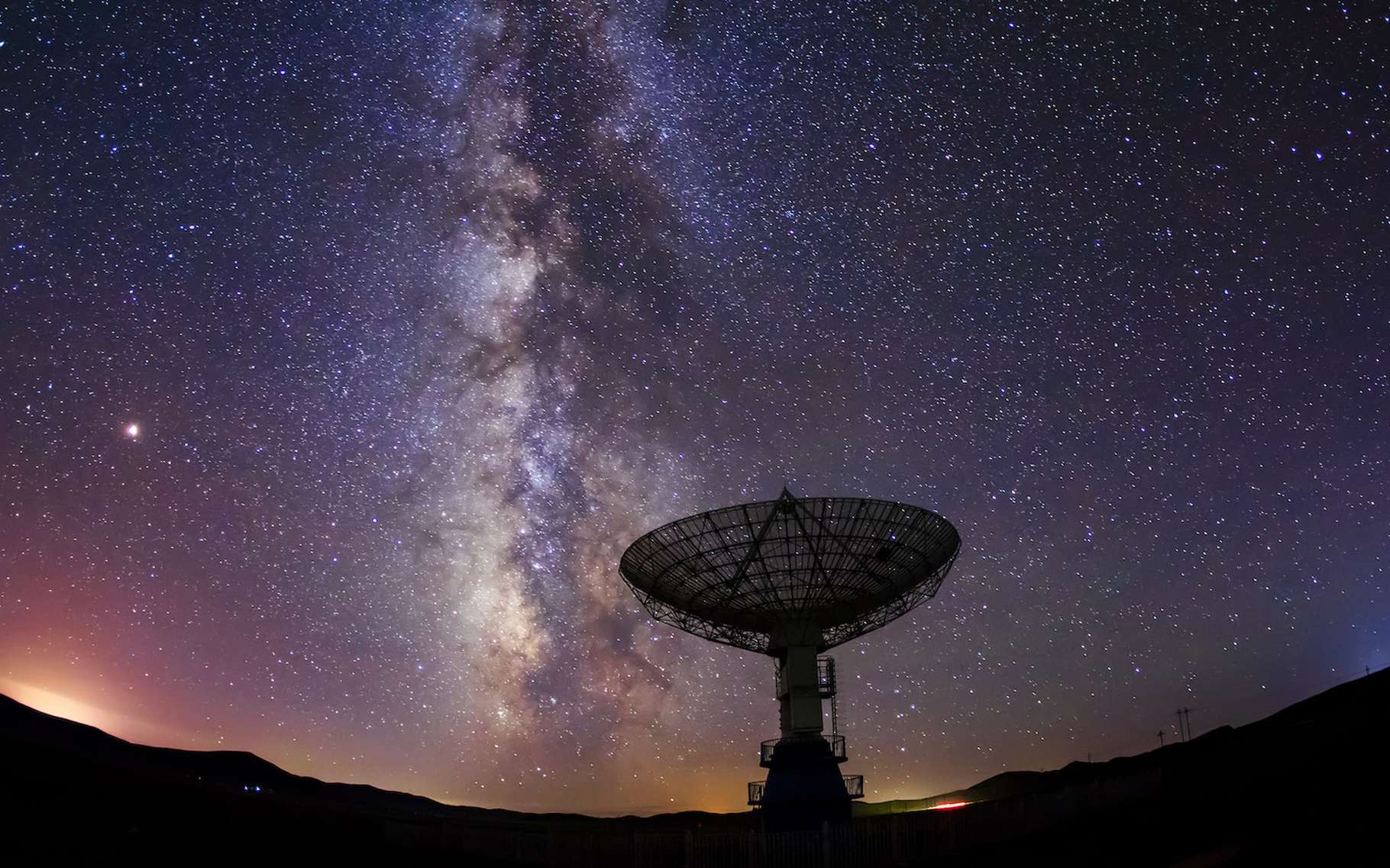 Des chercheurs ont enregistré un mystérieux signal radio en provenance du centre de la Voie lactée. Ils en ignorent encore l'origine. © Zhengzaishanchu, Adobe Stock