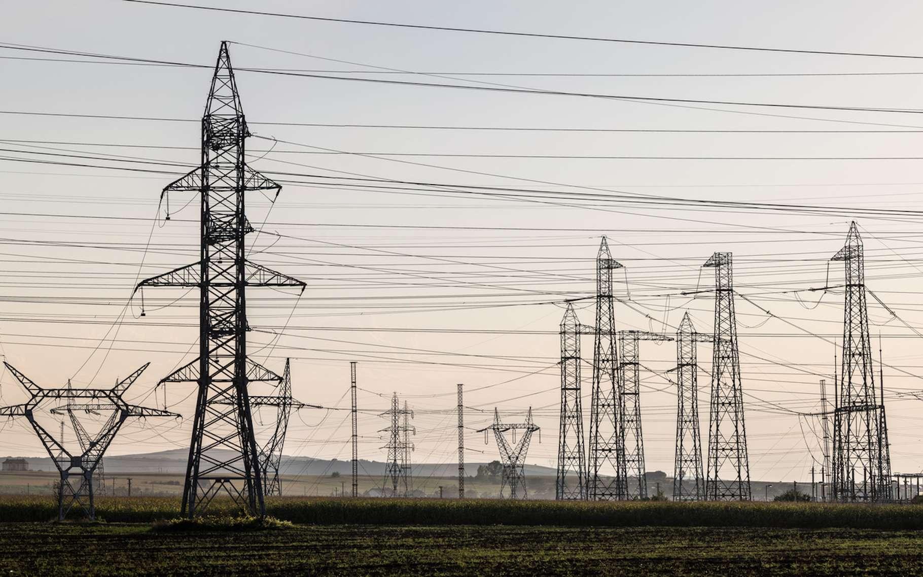 Le volt est l'unité de mesure de la tension électrique. Ici, des lignes à haute tension. © kristo74, Fotolia