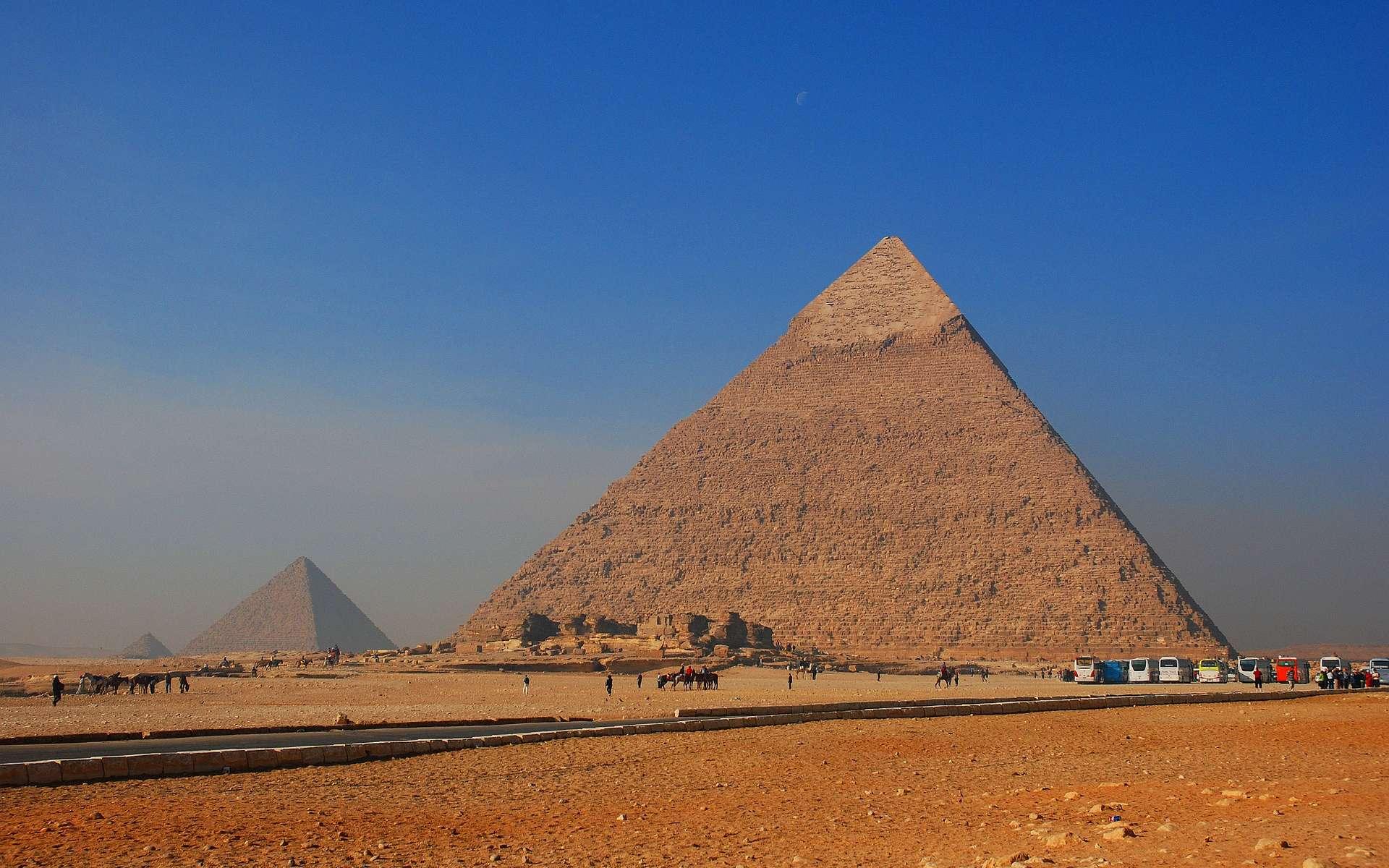 Les pyramides de Khéops, Khéphren et Mykérinos, à Gizeh, sont les plus célèbres du genre. Elles devaient permettre à leurs occupants de rejoindre le dieu du disque solaire, Rê, dans les meilleures conditions. © jarekgrafik, Pixabay, DP