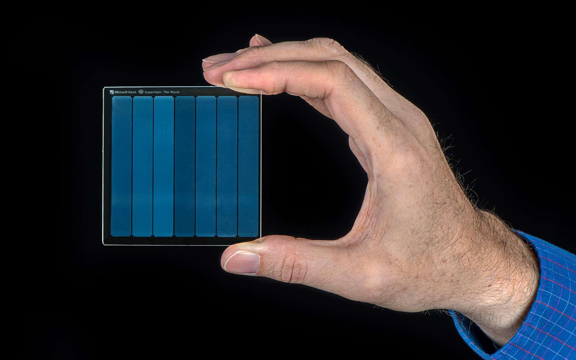 Des pulsations laser déforment physiquement le verre pour encoder les données. © Jonathan Banks, Microsoft