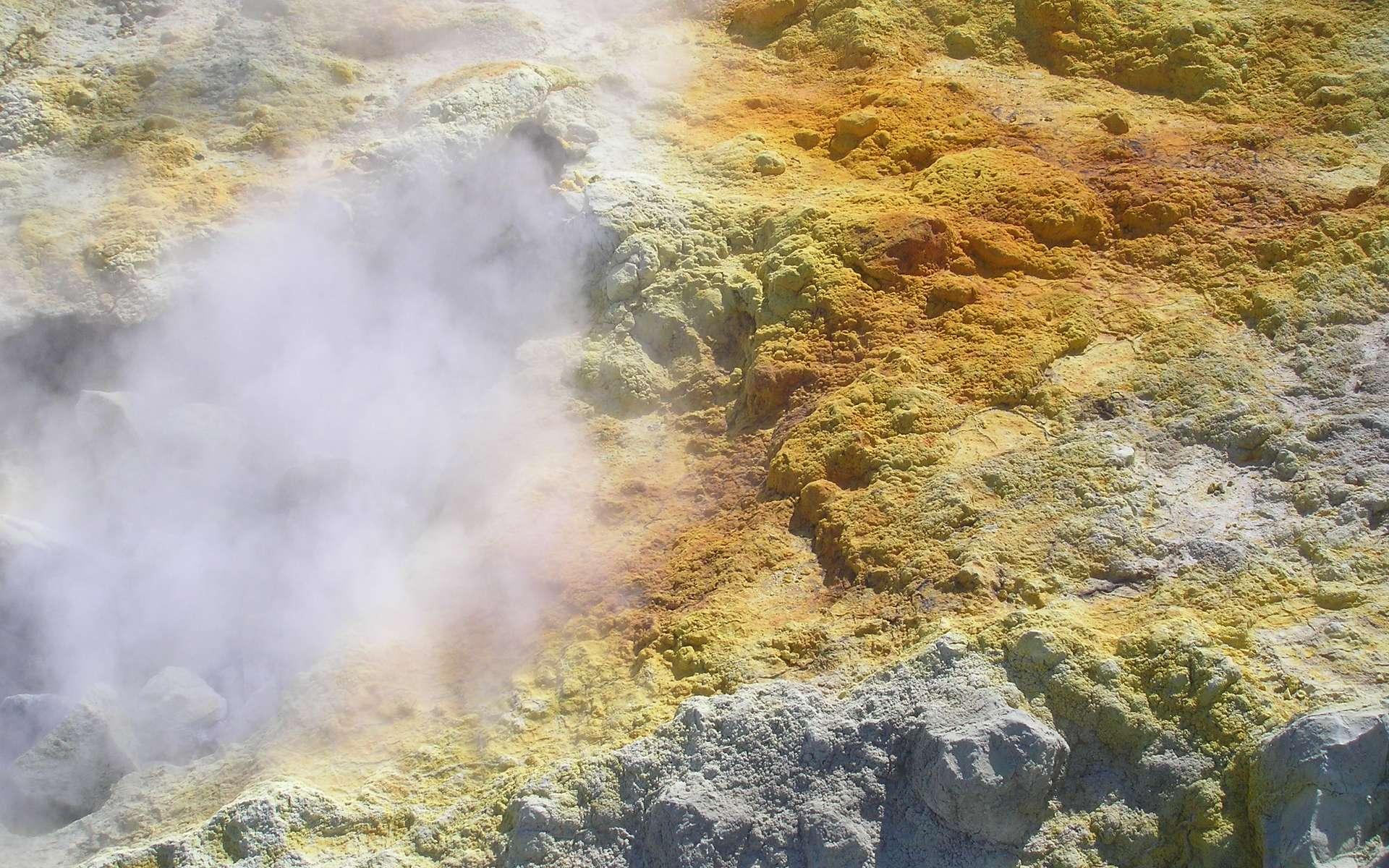 Des fumerolles s'élèvent du sommet du cratère Vulcano Fossa, situé sur l'une des îles Éoliennes, au large de la Sicile. Des dépôts de soufre les accompagnent. Du sulfure d'hydrogène se trouve parfois dans ces fumerolles lorsque la température est assez élevée. Pendant l'Hadéen (période très volcanique comme son nom l'indique), de grandes quantités de ce gaz étaient sans doute émises dans l'atmosphère et pouvaient donc réagir avec du cyanure d'hydrogène selon les réactions découvertes par les chimistes britanniques. © Laurent Sacco, Futura-Sciences