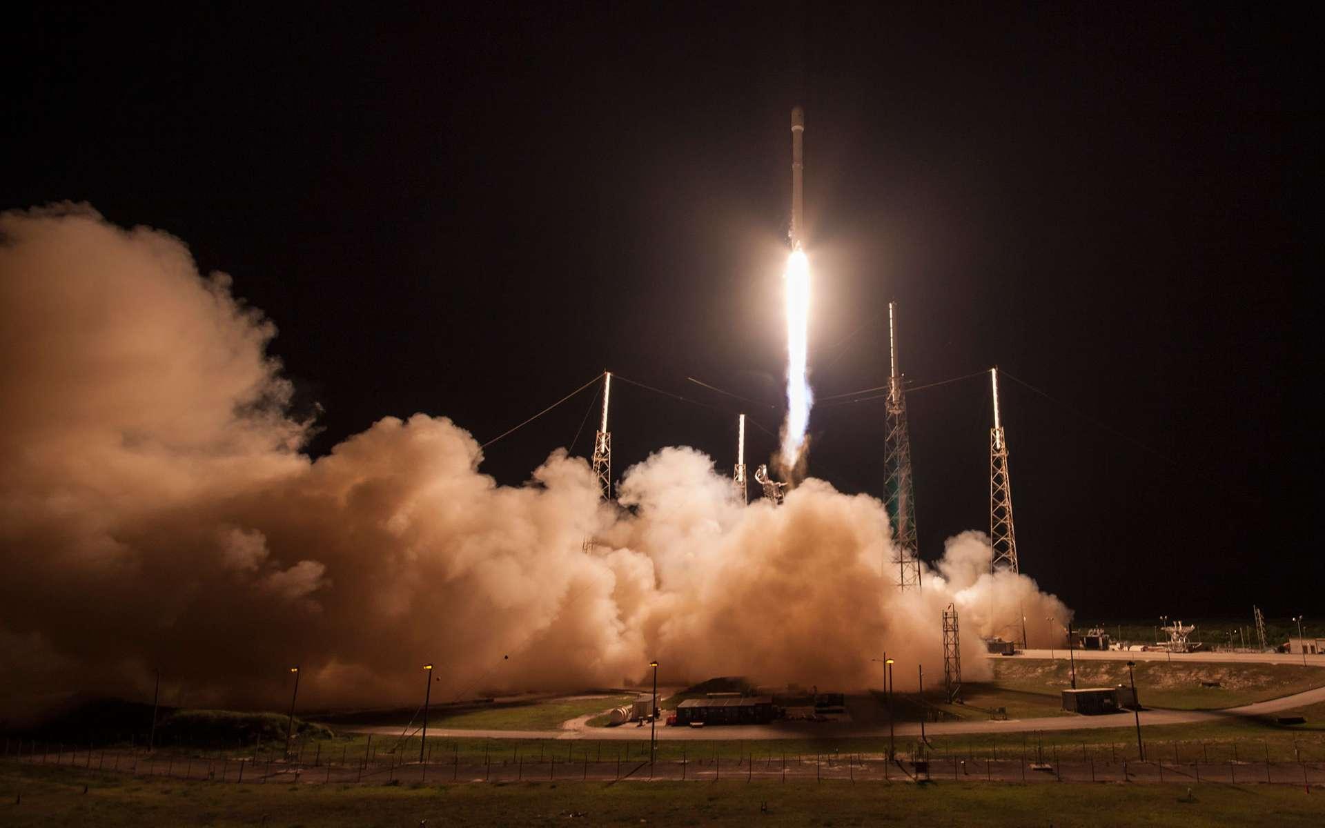 L'entreprise américaine SpaceX a réussi pour la troisième fois à récupérer l'étage principal de son lanceur. Ici, le décollage du Falcon 9, cette nuit, avec à son bord le satellite japonais JCSat 14. © SpaceX