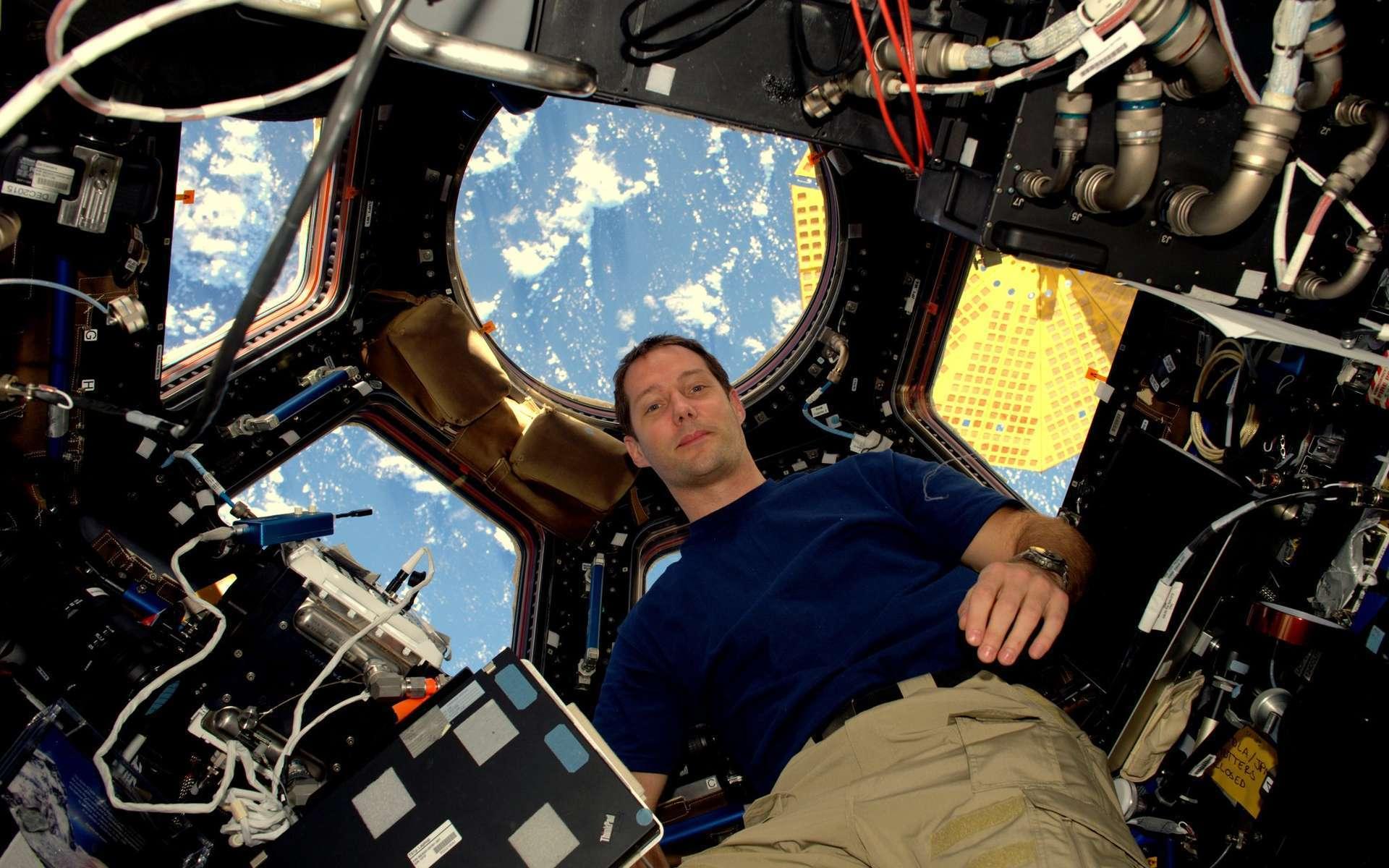 Thomas Pesquet dans la coupole de l'ISS. © Esa
