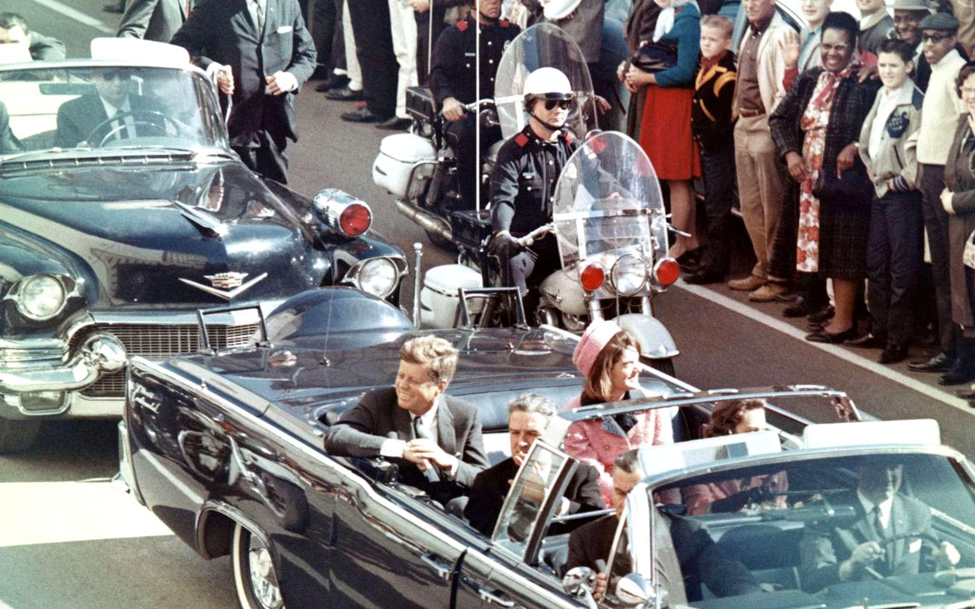 Le cortège présidentiel avant l'assassinat de John Fitzgerald Kennedy. Les théories du complot restent vivaces plus de 50 ans après les faits. © Wikimedia Commons, DP