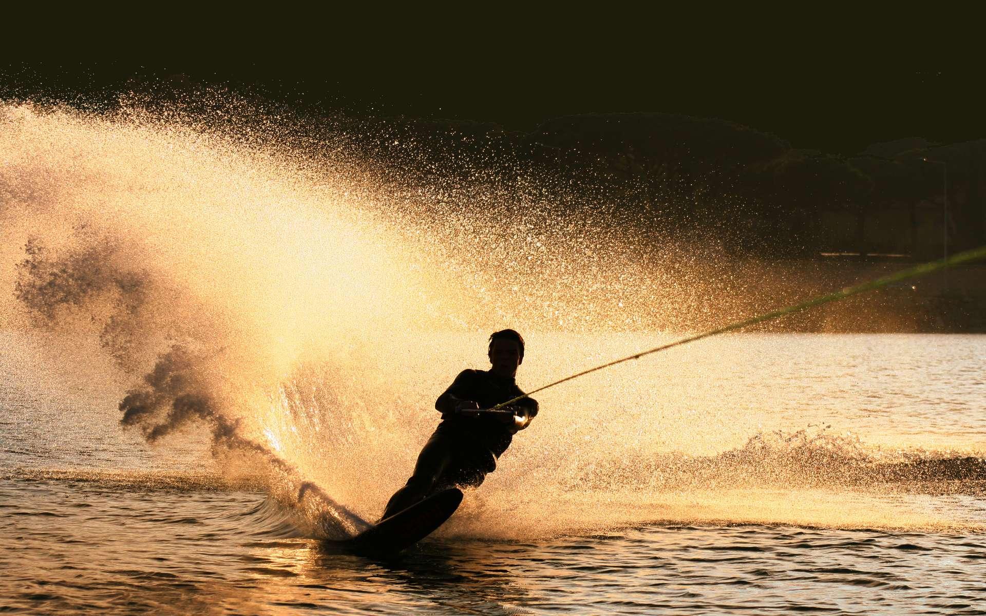 Une chute à ski nautique peut provoquer le syndrome du canadair. © Fotolia