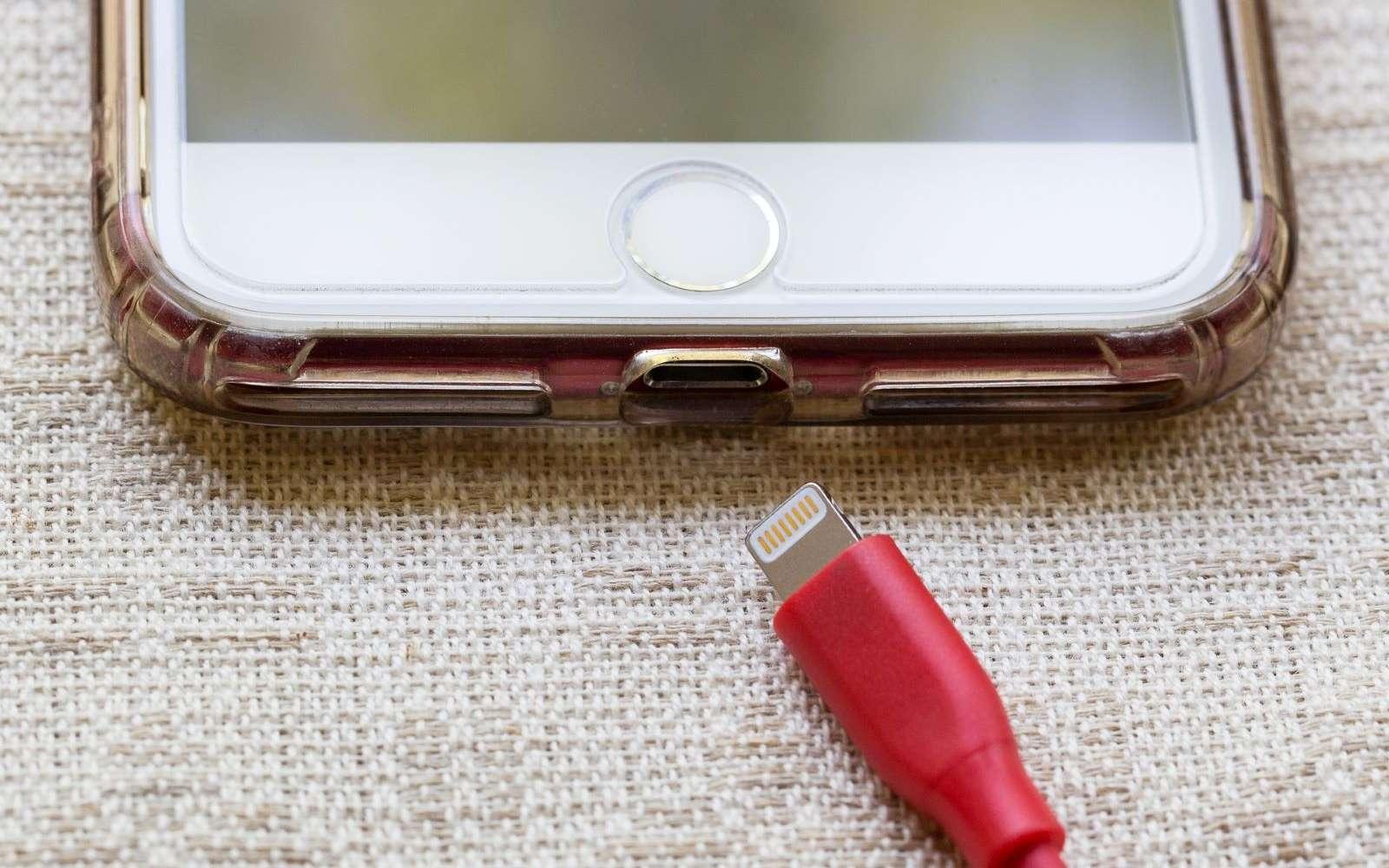 Un hacker a réussi à pirater un ordinateur simplement à l'aide d'un câble pour recharger un smartphone. © mhoppsy, Pixabay