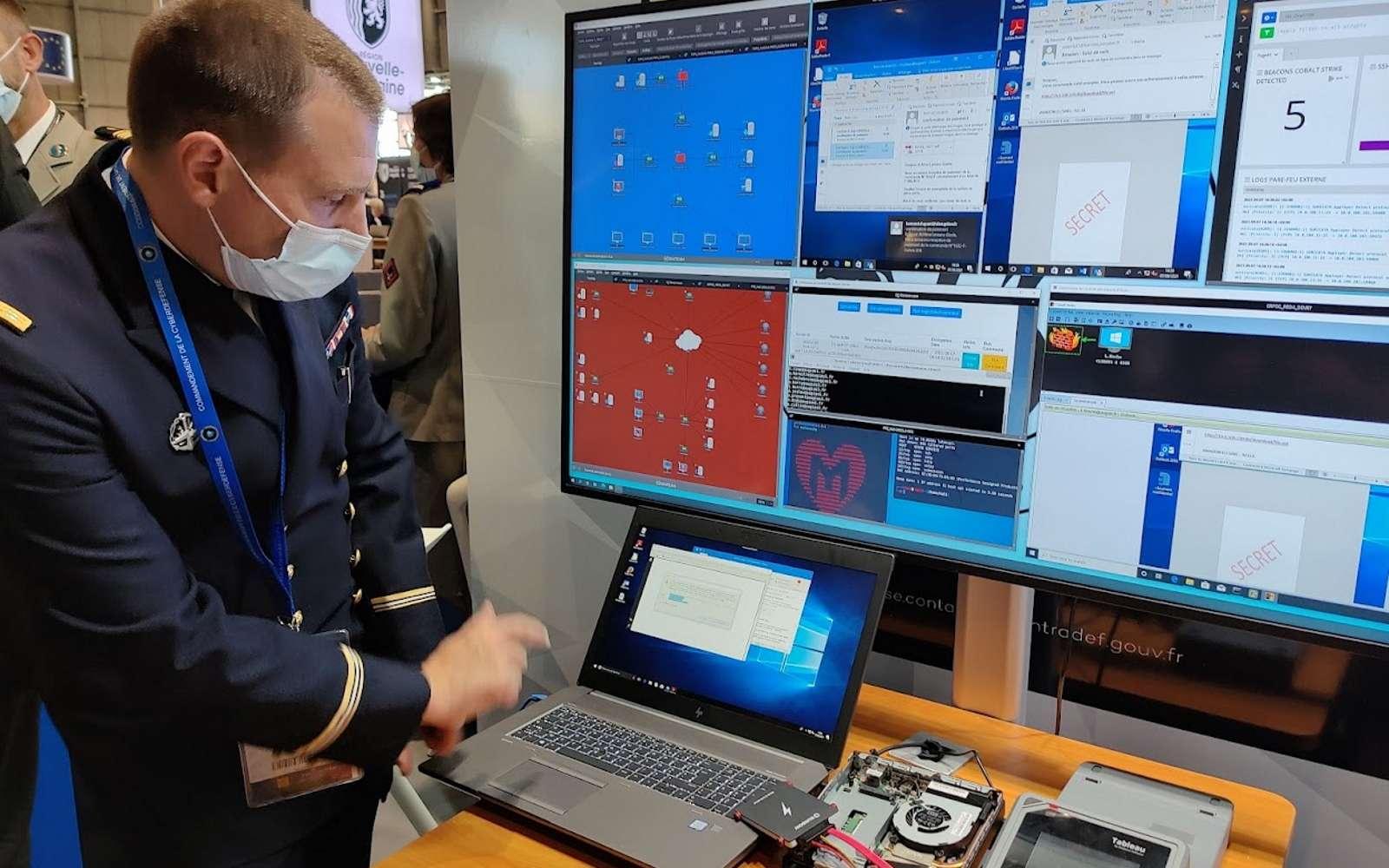 Un officier du COMCYBER montre le Trident, un caisson permettant de simuler un réseau complet. Il permet aux militaires de mettre à jour leurs connaissances pour répondre à différents scénarios d'attaques cyber. © Futura