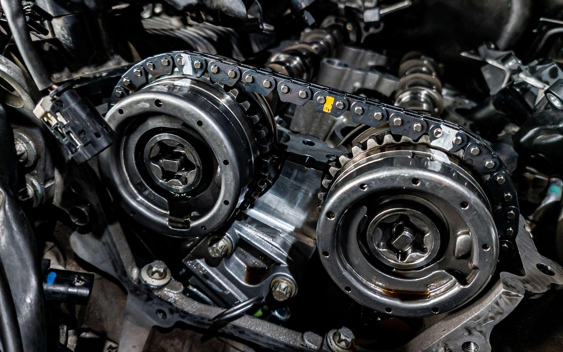 Composée de maillons métalliques, la chaîne de distribution ne nécessite ni entretien ni remplacement. © Aleksandr Kondratov, Adobe Stock