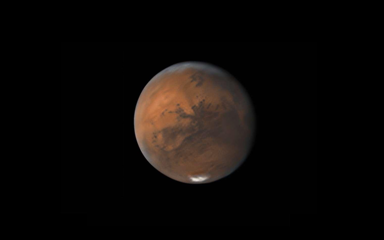 Mars, le 22 septembre, photographiée par Damian Peach. Sa taille apparente était alors de son maximum pour le cru 2020. Le Soleil, la Terre et la Planète rouge seront alignés le 13 octobre prochain. © Apod, Nasa