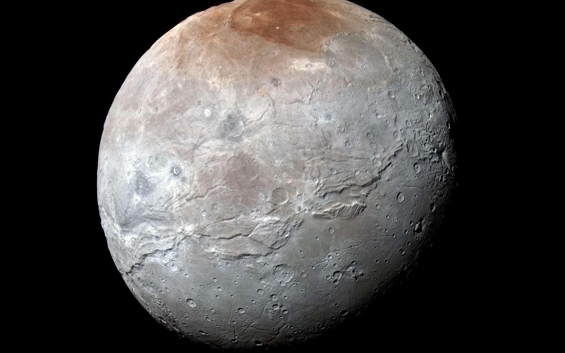 Charon, le « nocher des Enfers », le passeur du fleuve Styx, photographié par New Horizons le 14 juillet 2015, juste avant le survol de Pluton. Les images prises à travers les filtres infrarouge, rouge et bleu de l'instrument Ralph/MVIC révèlent les différentes compositions des terrains. La région du pôle nord a été baptisée Mordor Macula. La longue faille qui parcourt l'astre sur plus de 1.800 km le long de son équateur est nommée Serinity Chasma. La résolution est de 2,9 km par pixel. © Nasa, JHUAPL, SwRI
