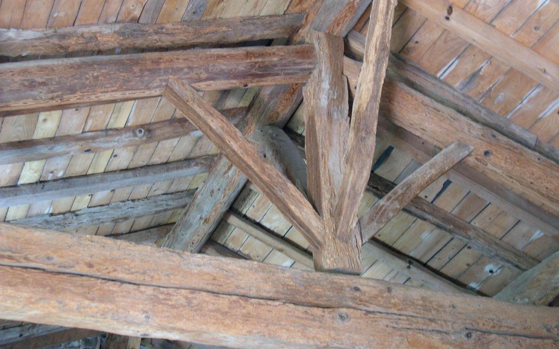 La charpente en bois traditionnelle offre l'avantage de pouvoir ultérieurement aménager les combles. © Alno, CC BY-SA 3.0, Wikimedia Commons