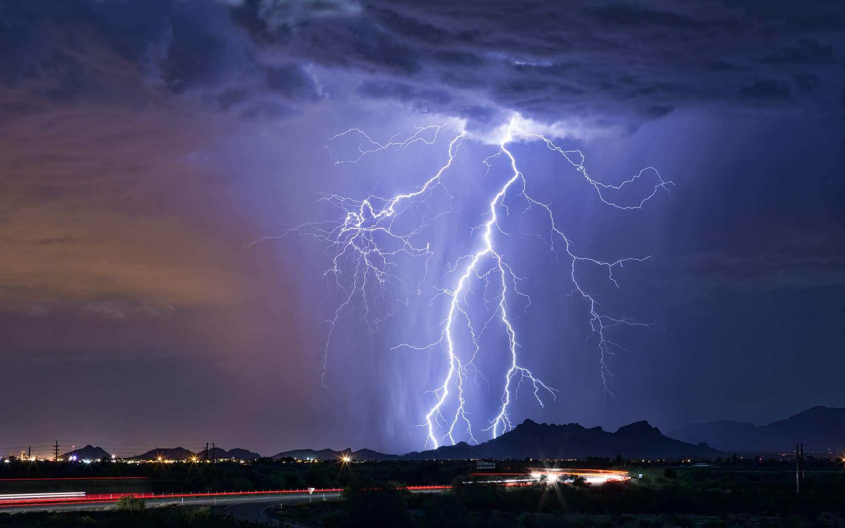 Les éclairs empruntent souvent le même chemin lorsqu'ils se déclenchent. © mdesigner125, Fotolia