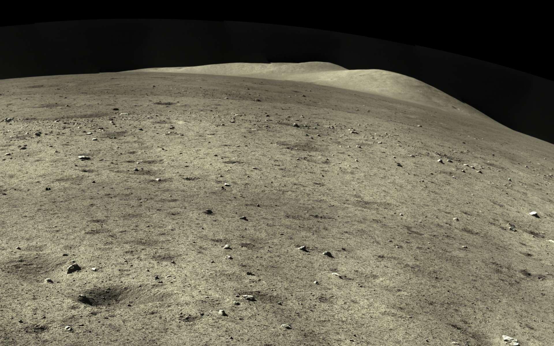 Détail du panorama capturé par Chang'e 5 après son atterrissage réussi sur la Lune. L'atterrisseur est équipé d'une caméra, d'un spectromètre et d'un radar dont les données serviront à fournir le contexte géologique des échantillons. © CNSA
