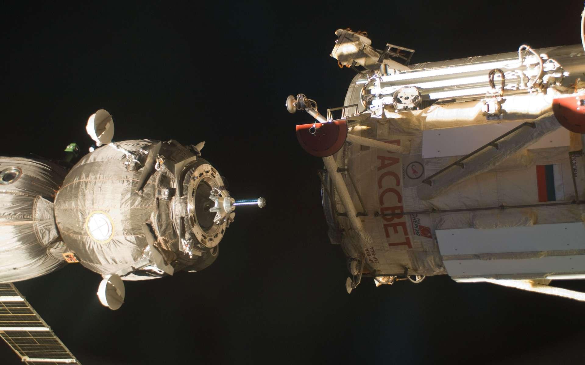 Amarrage à l'ISS de la capsule Soyouz TMA-3M en décembre 2011. Le retour sur Terre de cette capsule, avec trois astronautes, est prévu en mai 2012 pour laisser la place à trois nouveaux arrivants. Le lancement de ces futurs occupants a été reporté en raison de l'indisponibilité de leur capsule (Soyouz TMA-4M). © Nasa