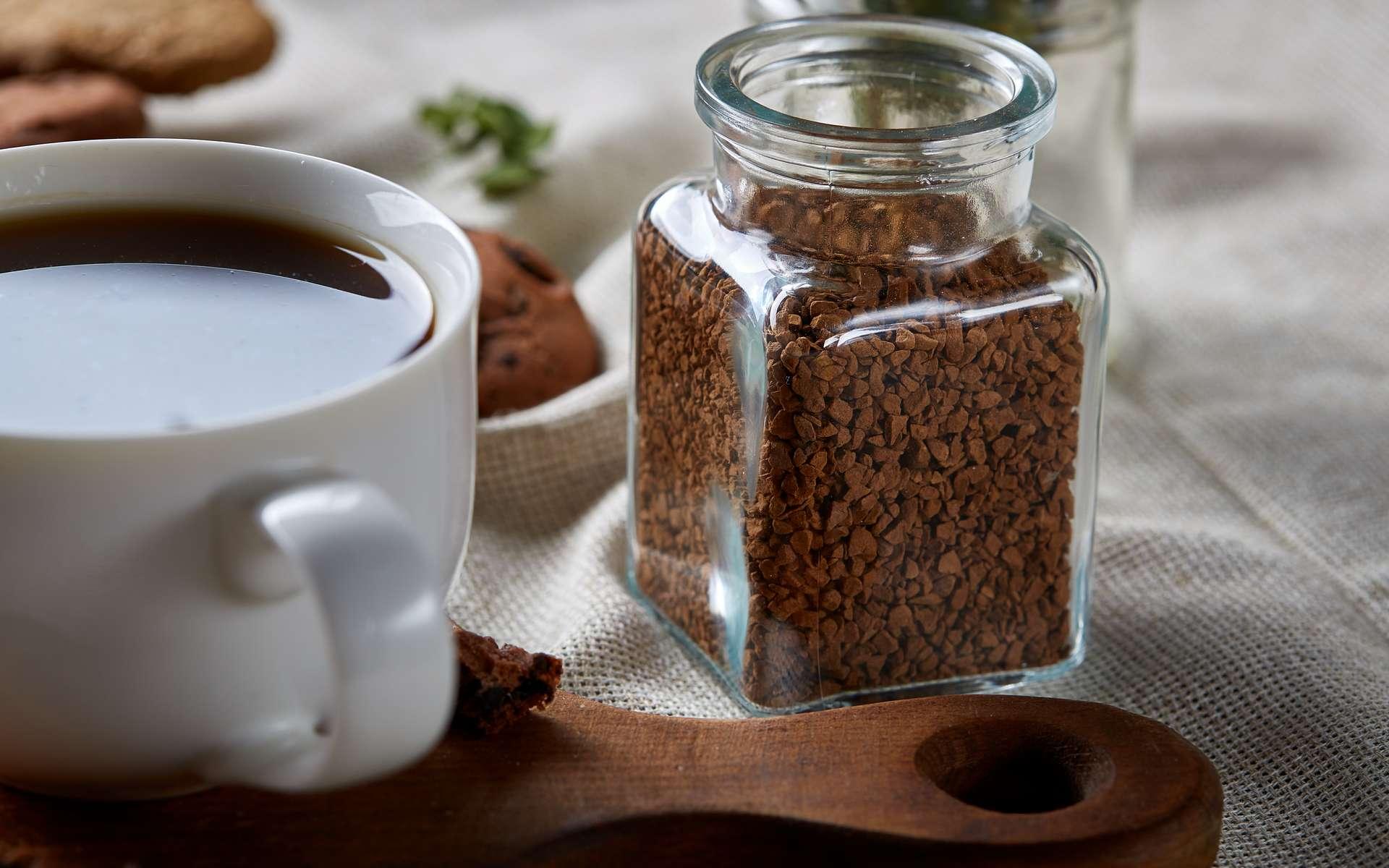 Le café instantané, aussi appelé café soluble, est un café déshydraté prêt un clin d'œil. © Aleksey, Adobe Stock
