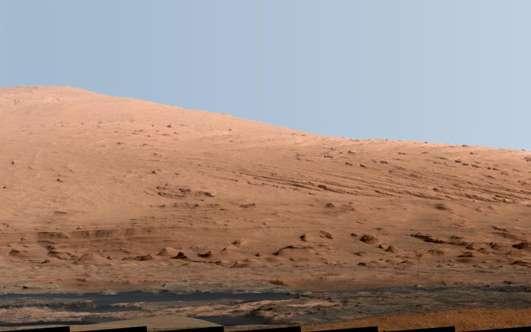 Le mont Sharp, dont l'origine est inconnue, est l'objet d'étude privilégié de Curiosity. On sait seulement que les paysages environnants de cette montagne ont été façonnés quand la Planète rouge était beaucoup plus chaude et humide qu'aujourd'hui. © Nasa, JPL