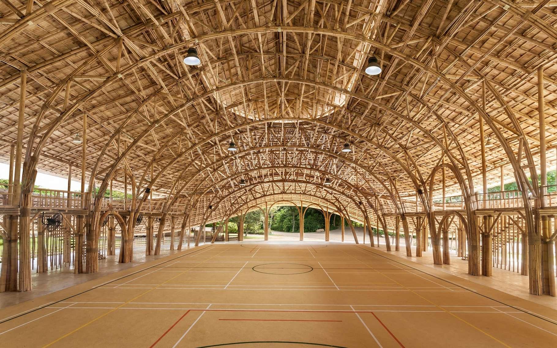 La charpente en bambou comporte des poutres en bambou tressé d'une longueur de 17 mètres qui ne comporte aucune fixation métallique. © Chiangmai Life Construction