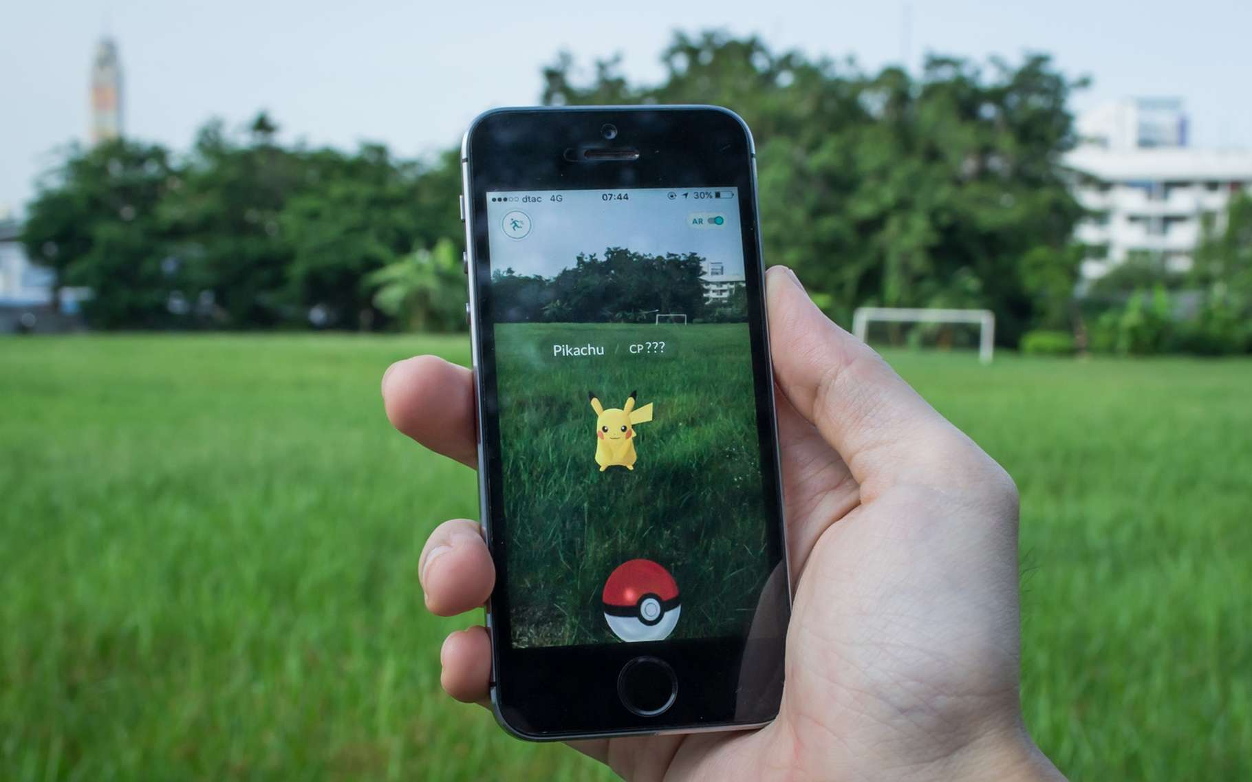 Grâce à la technologie mise au point par le MIT, les créatures virtuelles de Pokémon Go pourraient s'intégrer de manière plus réaliste au décor réel. Mais le système pourrait fonctionner avec n'importe quelle application de réalité augmentée. © Wachiwit, Shutterstock