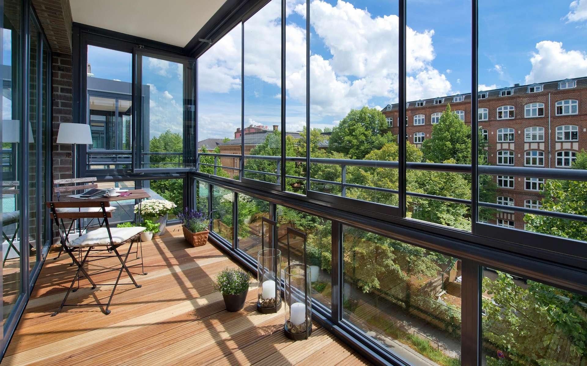Une loggia est une pièce de l'habitation qui ne comporte que des baies vitrées. © Ludmila, Adobe Stock