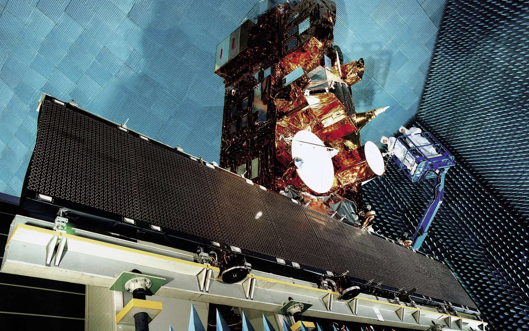 En dix ans, Envisat a contribué à une meilleure connaissance du changement climatique. On le voit ici quelques mois avant son lancement, dans les installations d'essais de l'Esa à l'Estec. © Astrium