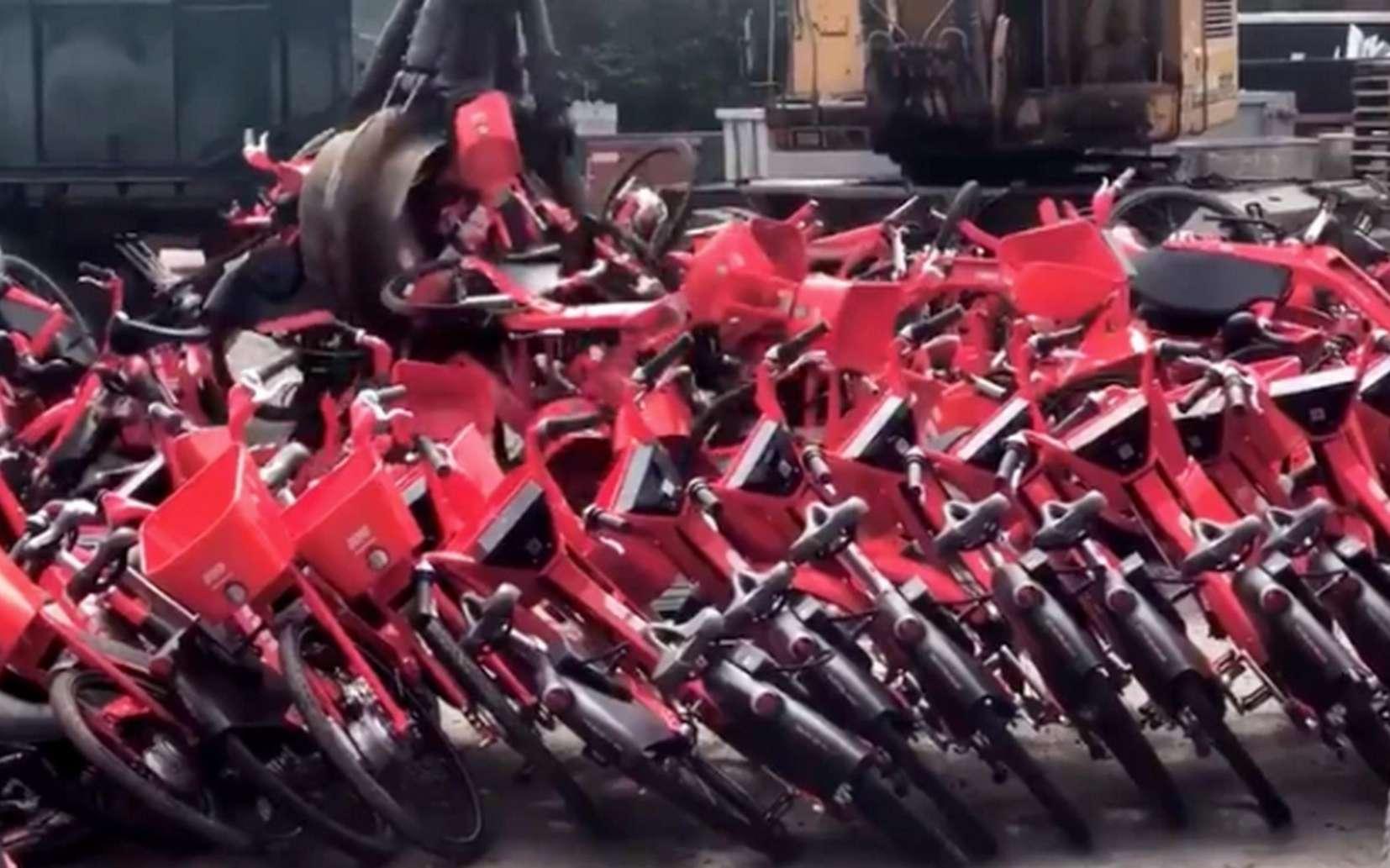 Une fois leurs batteries et les composants électroniques retirés, les vélos Jumps ont été broyés pour être recyclés. © Cris Moffitt