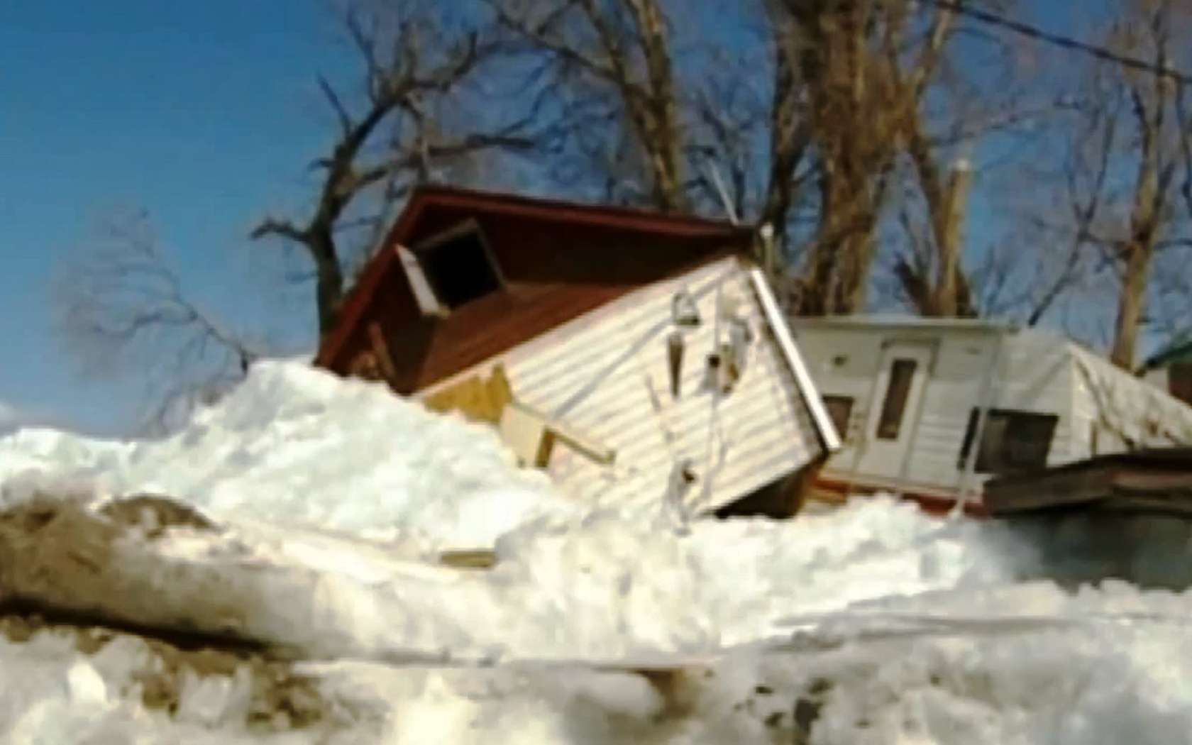 Les maisons détruites par le passage d'une vague de glace sur les rives du lac Dauphin, au Canada. © Rap2dinGuerie, YouTube