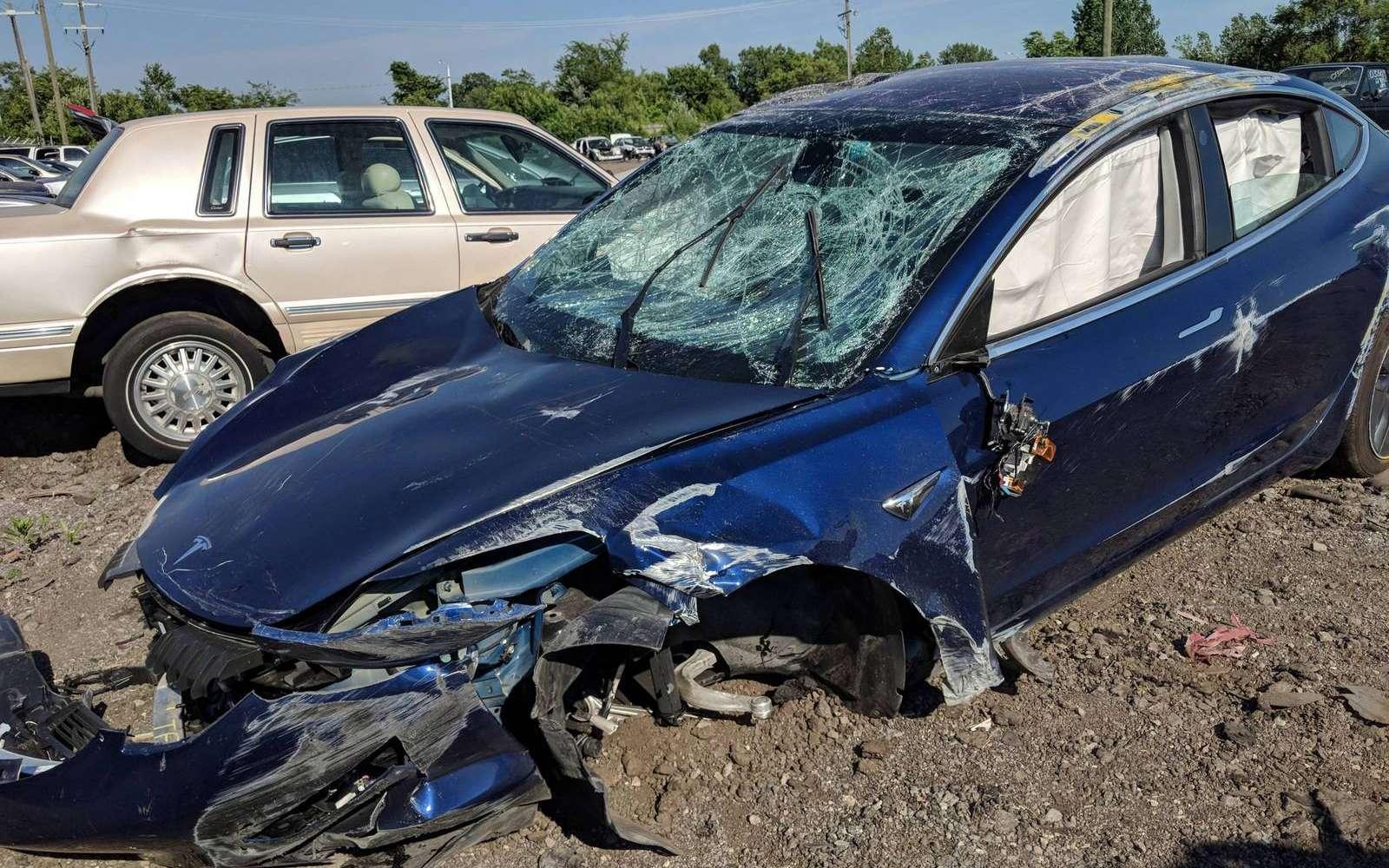 L'épave de la Tesla Model 3 après un terrible accident sur l'autoroute. La caisse a particulièrement bien résisté à plusieurs tonneaux. © StapleGun