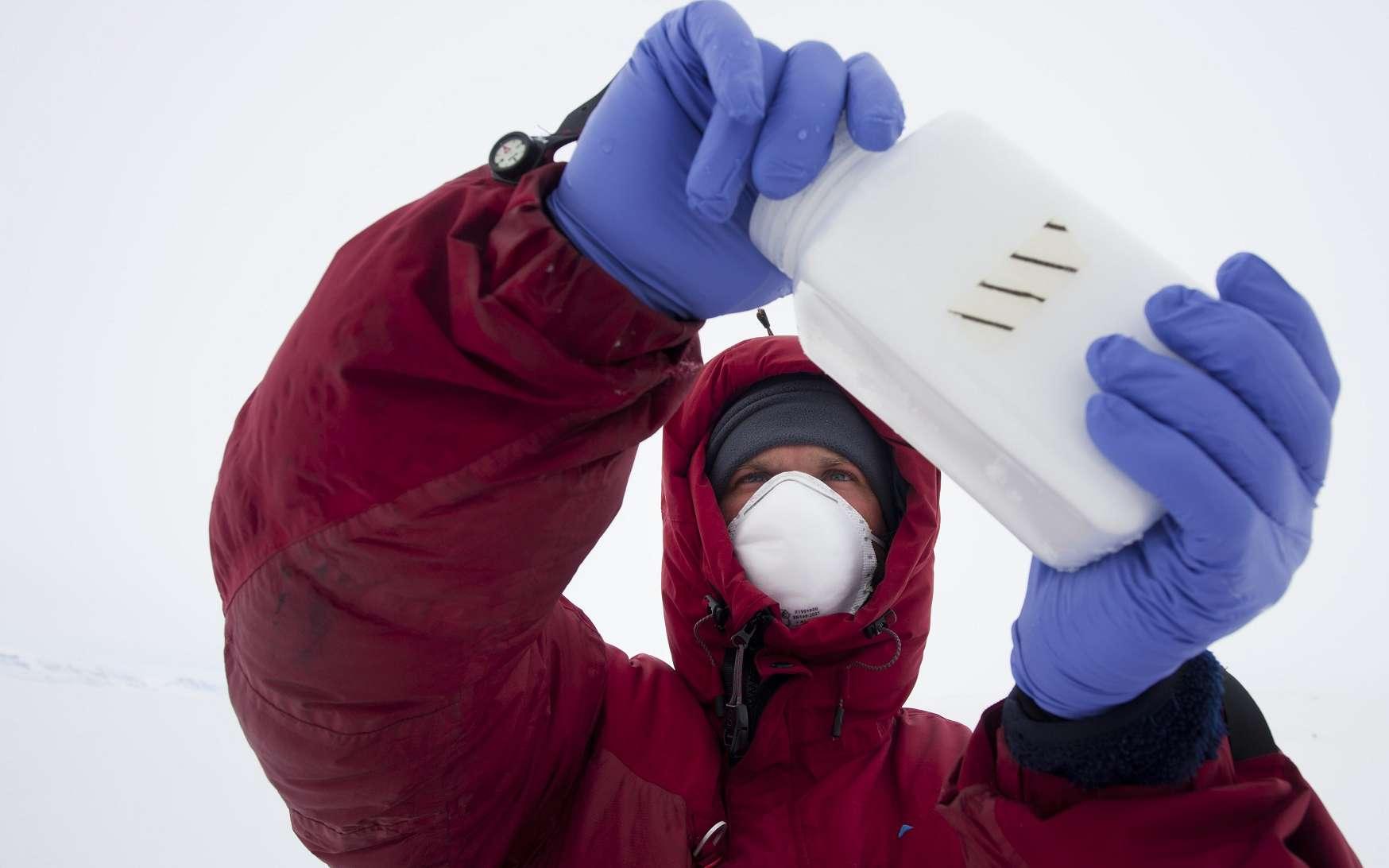 En avril 2011, Julien Cabon et Alan Le Tressoler ont mis au point leurs équipements et leurs méthodes de travail sur la banquise de la côte est du Groenland. Il s'agissait aussi d'une mission scientifique à part entière. On voit ici un prélèvement de glace qui servira à des analyses de microbiologie marine au laboratoire Ampère (CNRS). © Raphaël Demaret