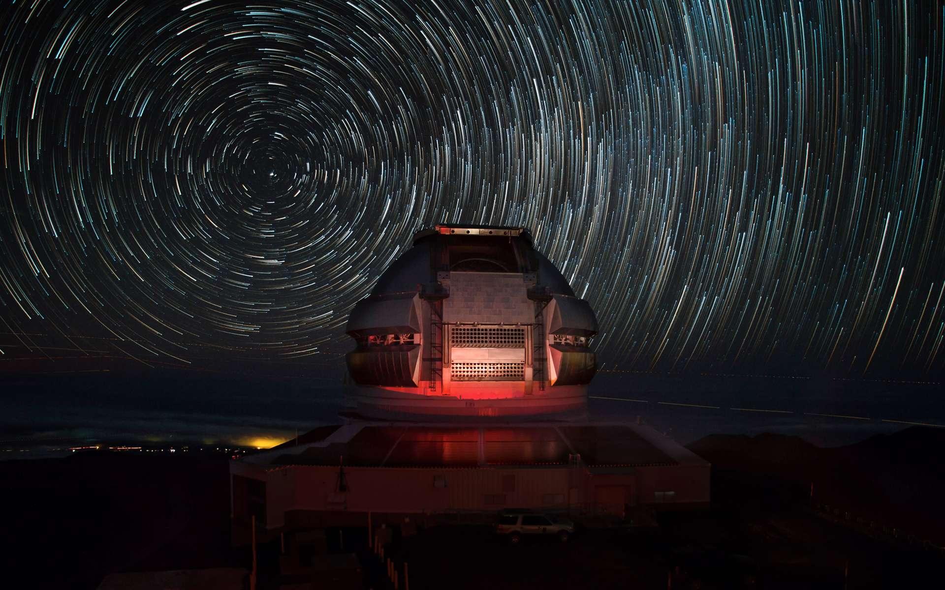 L'observatoire Gemini North, situé à Hawaï, permet d'observer, avec l'aide de son jumeau Gemini South, situé au Chili, la totalité de la voûte céleste. Équipé d'un télescope de 8,1 mètres de diamètre, il s'agit d'un des observatoires les plus performants du monde. © Joy Pollard, Observatoire Gemini.