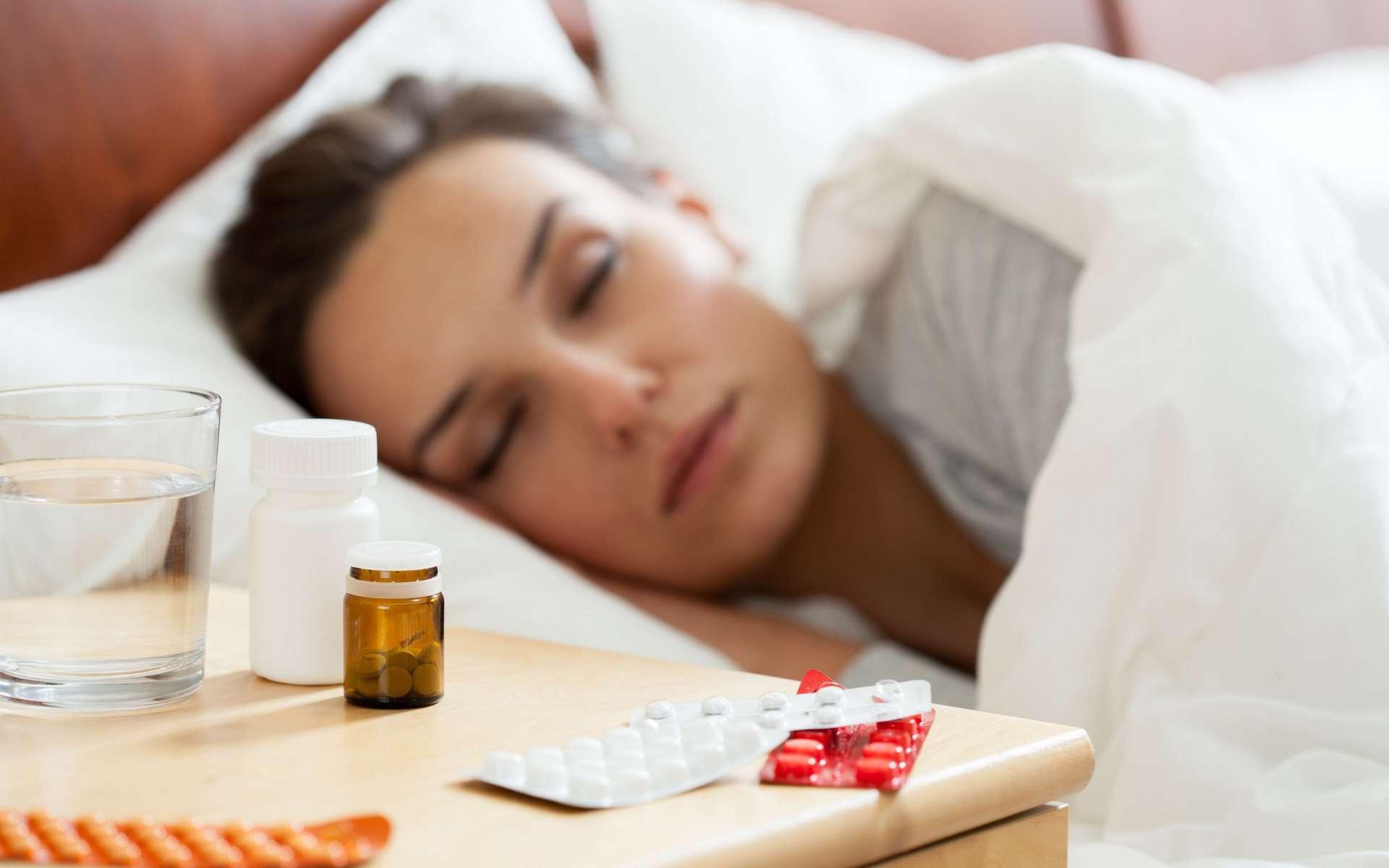 Les somnifères aident à dormir mais sont souvent associés à des effets secondaires. © Photographee.eu, Shutterstock