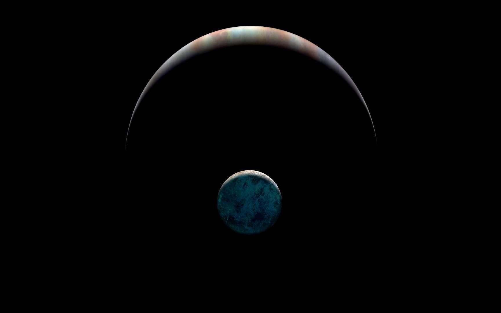 Cette image combine de vraies photographie avec une illustration de la lune de Jupiter, Europe, montre comment sa surface glacée peut briller sur sa face nocturne, le côté opposé au Soleil. Les variations de la lueur et de la couleur de la lueur elle-même pourraient révéler des informations sur la composition de la glace à la surface d'Europe. © Ted Stryk, Paul Schenk, Paul Byrne