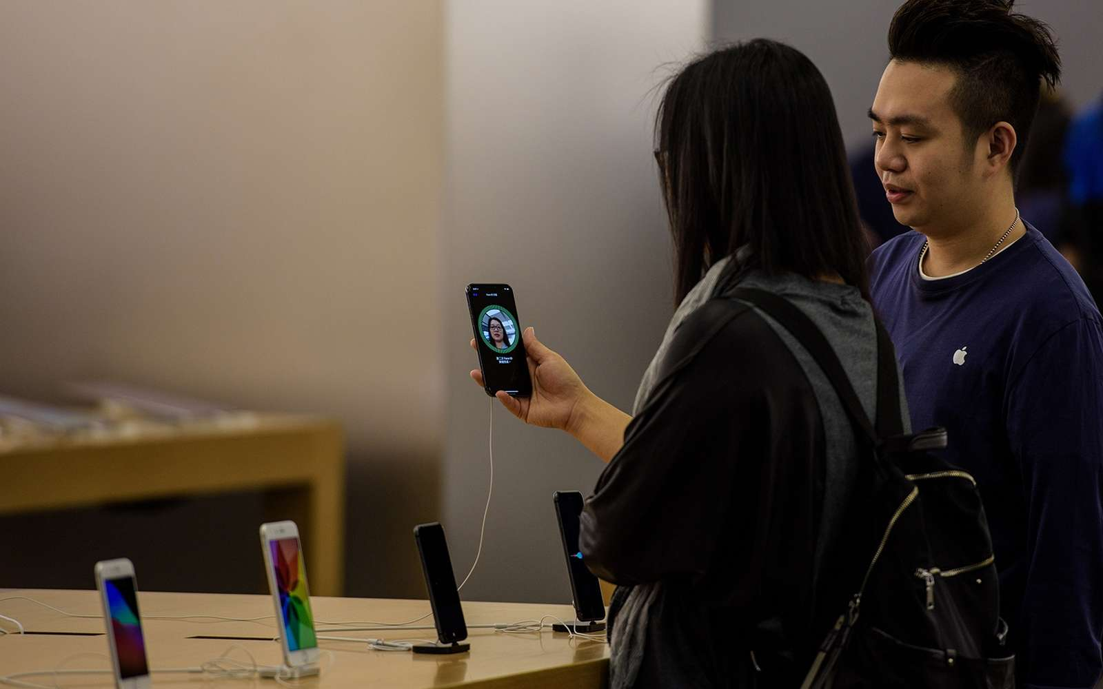 Face à la bronca montante, Apple tente de calmer les esprits avec des excuses publiques et une importante remise sur le tarif de remplacement de la batterie de l'iPhone 6. © Anthony Wallace, AFP