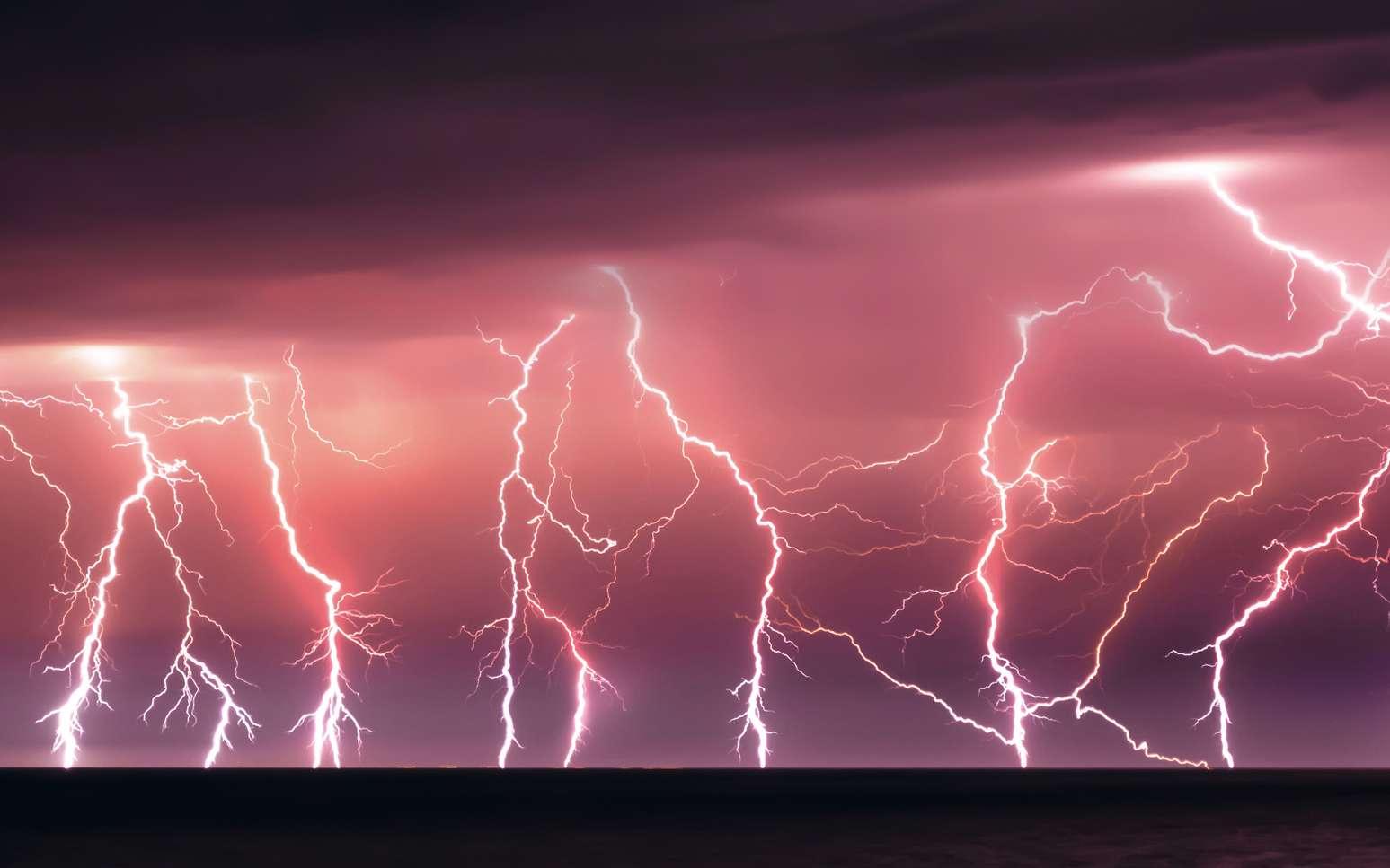 Lorsque la foudre frappe, les éclairs sont accompagnés de coups de tonnerre. © Ivan Kurmyshov, fotolia
