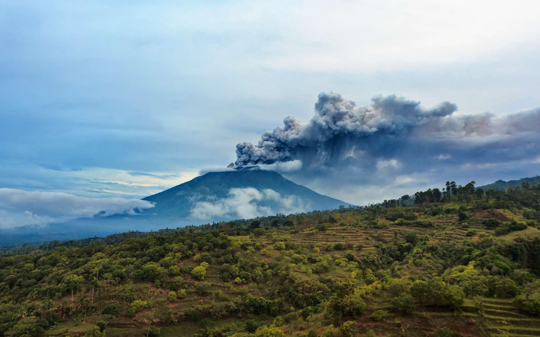 Six volcans menaçants sont à surveiller en 2018. Ici, le mont Agung en éruption (Bali, Indonésie). Ce volcan a beaucoup fait parler de lui en 2017. © Tropical studio, Fotolia