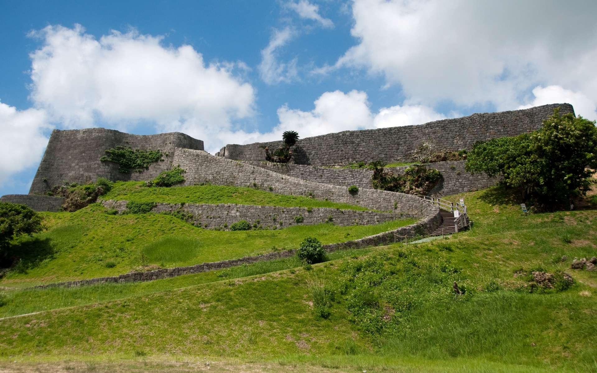 Le château Katsuren, sur l'île japonaise d'Okinawa, renfermait des pièces romaines. © kanegen, Wikipédia, CC by 2.0