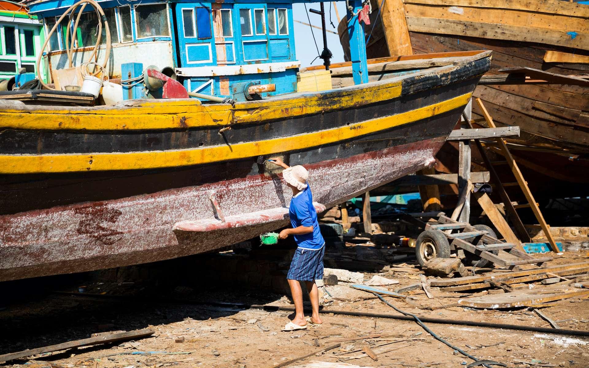 Le calfatage consiste à recouvrir la coque d'un bateau d'une couche imperméable. © UrbanExplorer, Adobe Stock