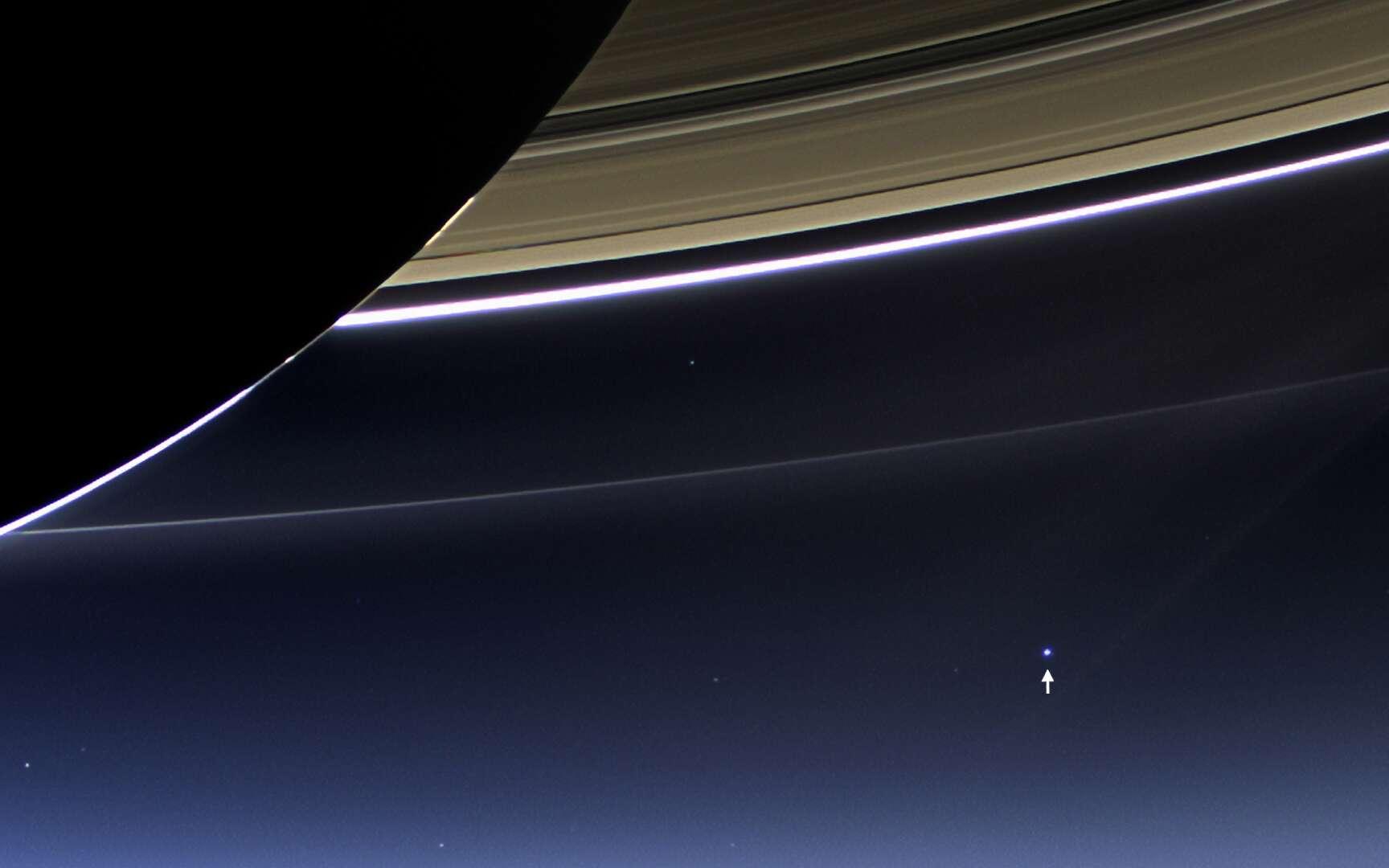 Cette image a été obtenue à partir de plusieurs photographies prises par la sonde Cassini le 19 juillet 2013, à une distance d'environ 1.212.000 km de Saturne, et environ 1.445.858.000 km de la Terre. L'échelle de représentation de Saturne est de 69 km par pixel, et celle de la Terre est de 86.620 km par pixel. Cela veut dire que la Lune et la Terre n'apparaissent pas comme deux objets séparés sur cette image. © Nasa, JPL-Caltech, Space Science Institute