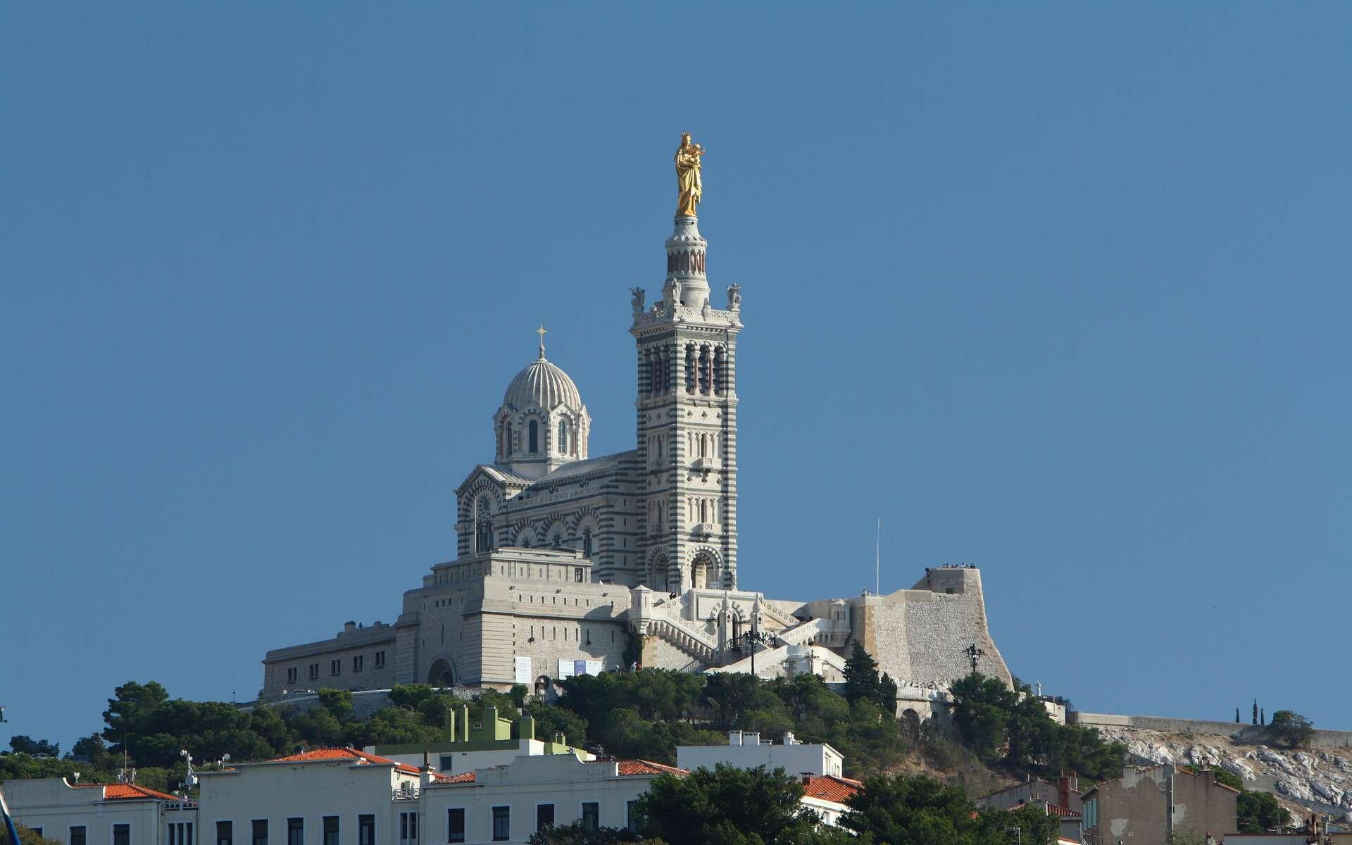La basilique Notre-Dame-de-la-Garde, ici dans un ciel limpide, est l'un des symboles de Marseille. © Benh LIEU SONG, Wikimedia Commons, cc by sa 3.0