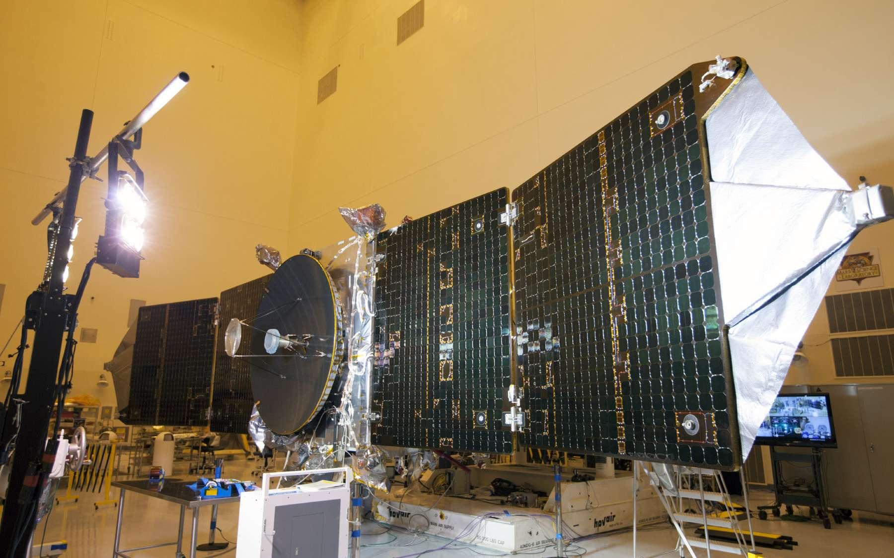 La sonde Maven, panneaux solaires déployés tels qu'ils le seront pendant le voyage interplanétaire et autour de Mars. Elle est ici au centre spatial Kennedy, lors de ses essais électriques. En simulant la lumière reçue à la distance de la Planète rouge, la Nasa a voulu s'assurer que la production d'électricité par les panneaux solaires est conforme au cahier des charges. © Nasa