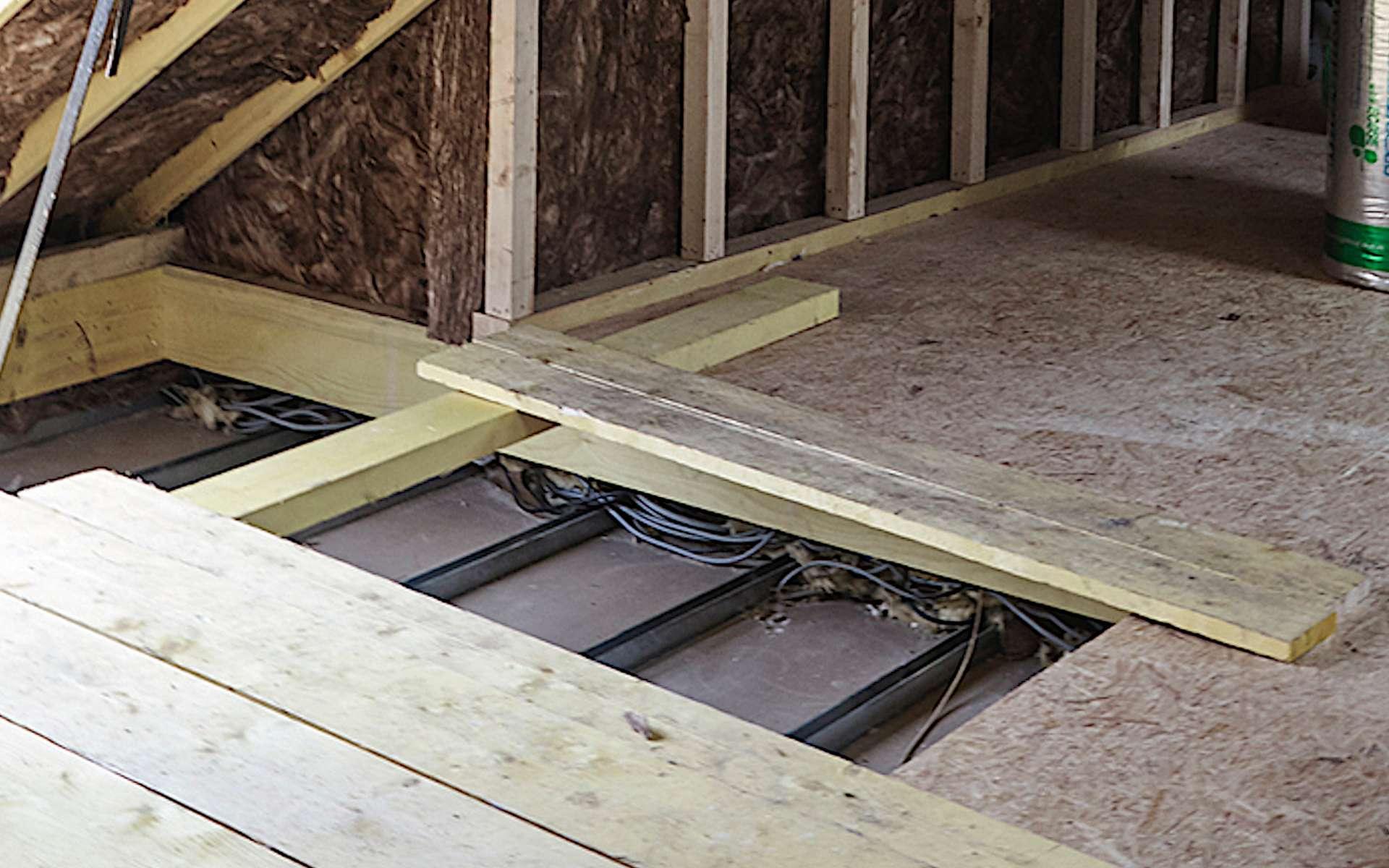 Il est possible de faire passer des câbles électriques dans un vide de construction. © Knauf Insulation