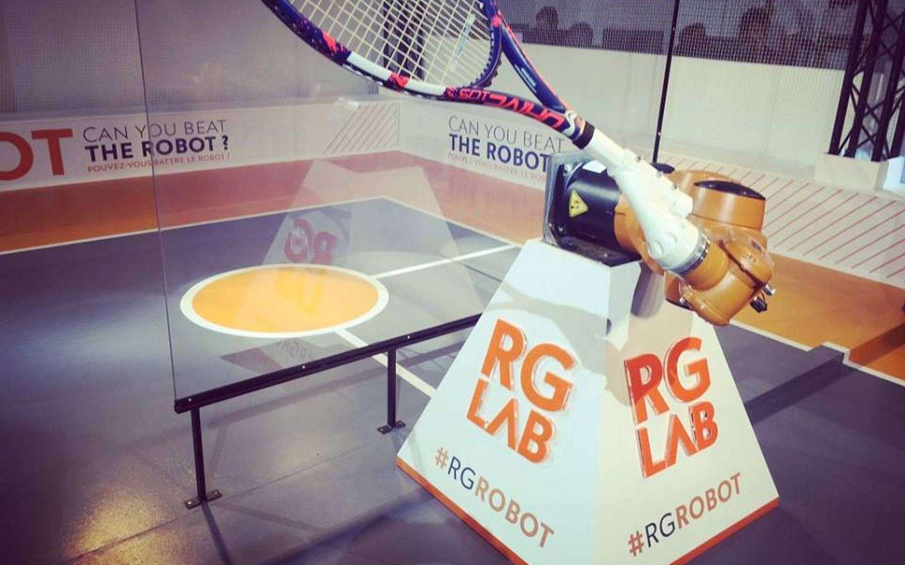 Ceux qui ont l'opportunité de se rendre au tournoi de Roland-Garros peuvent aller taper la balle avec ce robot tennisman. © Rolland Garros, Kuka, RealTime Robotics, Sick, Schunk