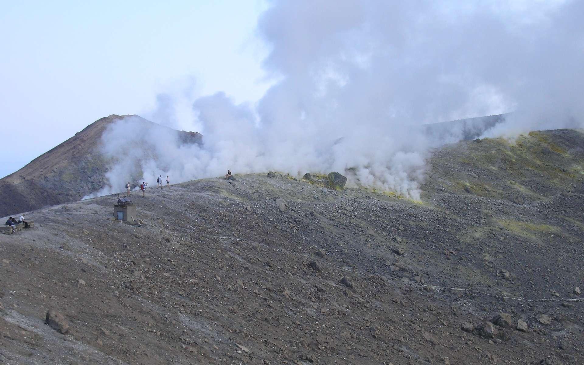 Les fumerolles s'élevant du cratère de Vulcano Fossa sont riches en eau. Crédit : Laurent sacco/Futura-Sciences