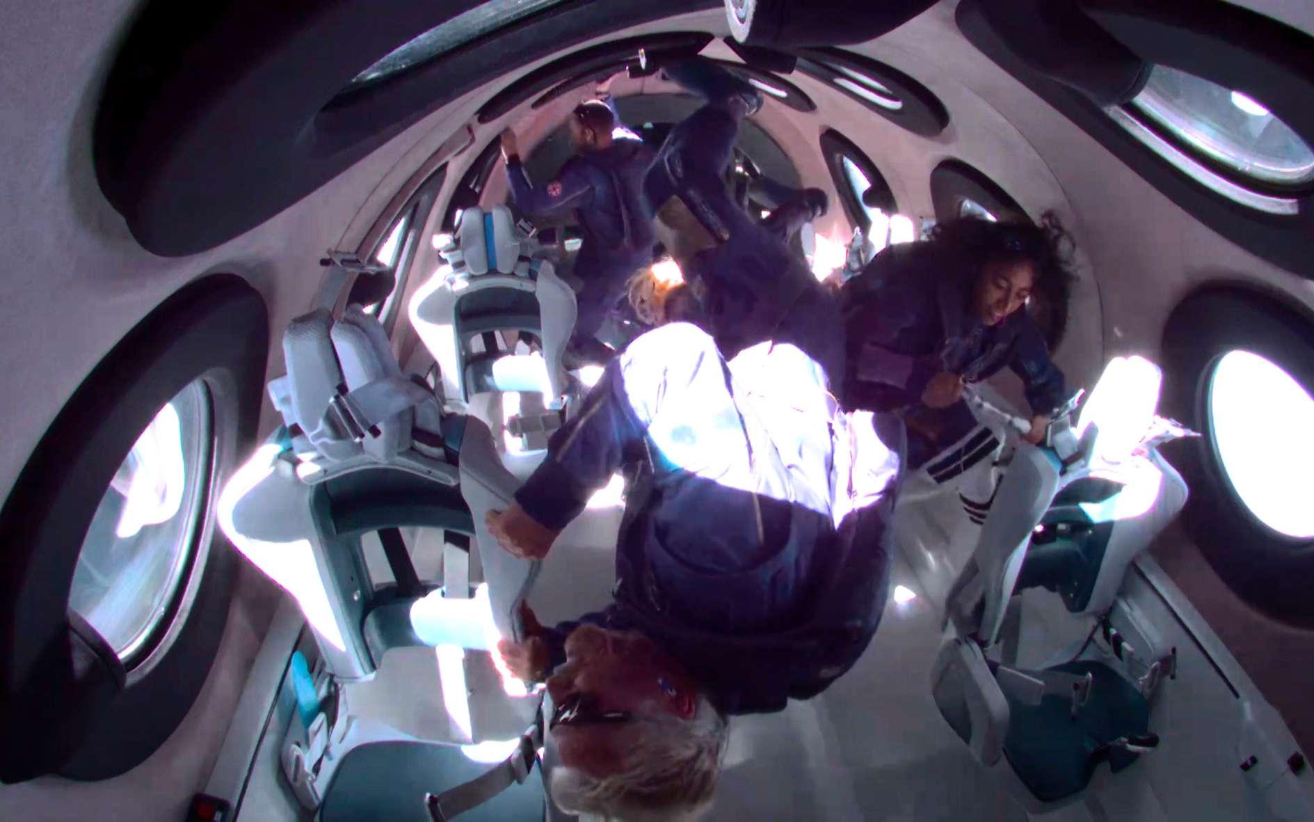 Richard Branson, au premier plan, flottant en apesanteur, au côté des trois autres passagers du premier vol du SpaceShipTwo en configuration opérationnelle. © Virgin Galactic