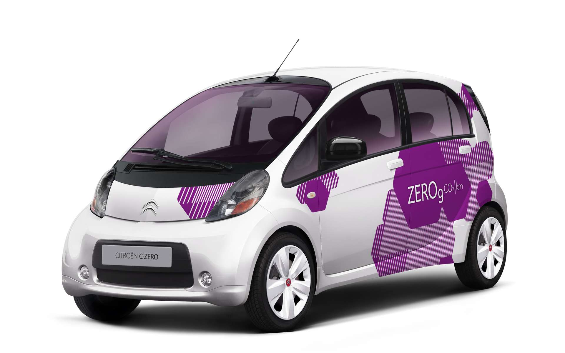 La C-Zéro, de Citroën, ressemble étrangement à la Mitsubishi i-Miev. C'est normal. © Citroën Communication