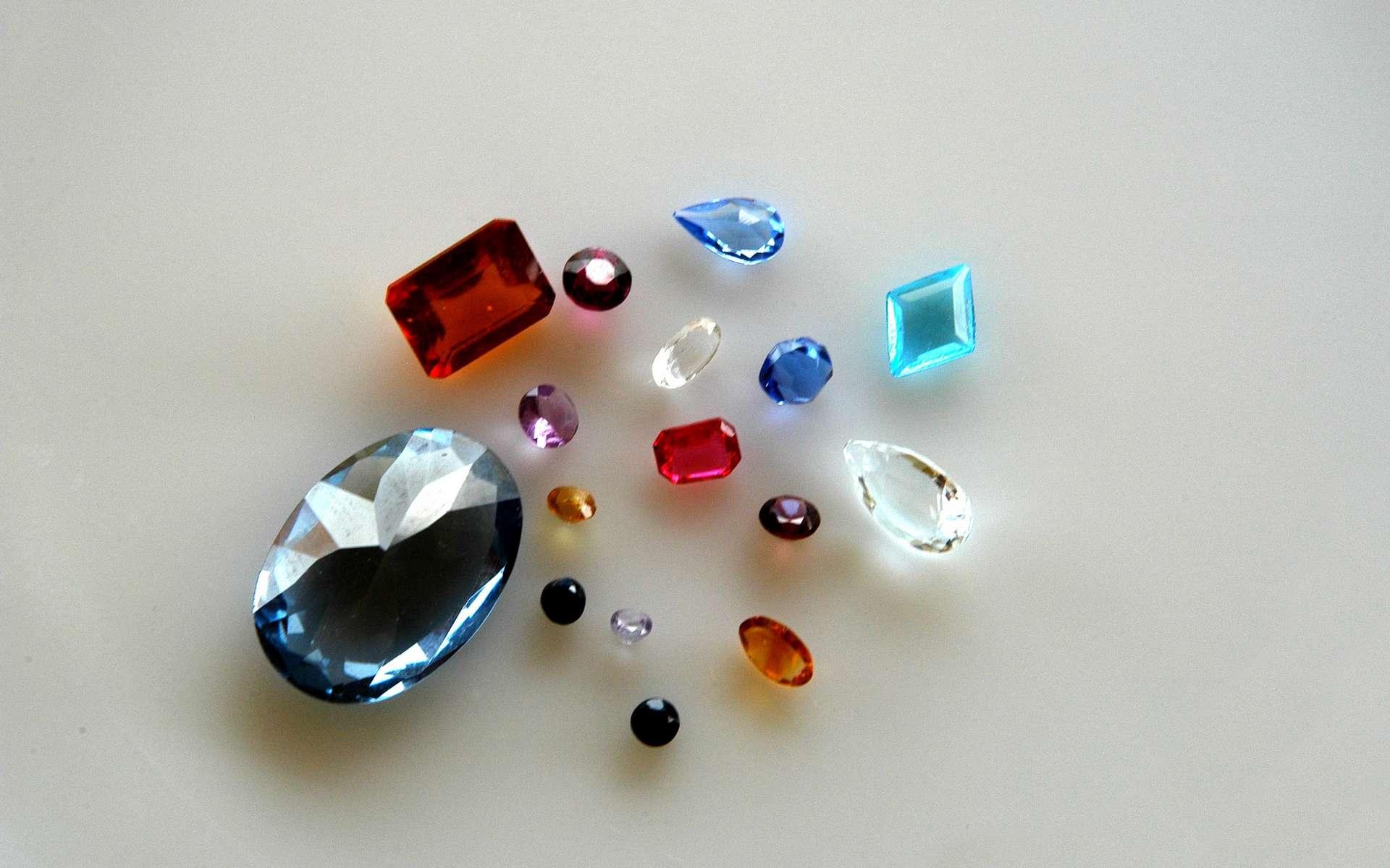 Le gemmologue s'intéresse aussi bien aux pierres précieuses qu'aux pierres ornementales ou pierres fines. © Gilles Paire, Adobe Stock.
