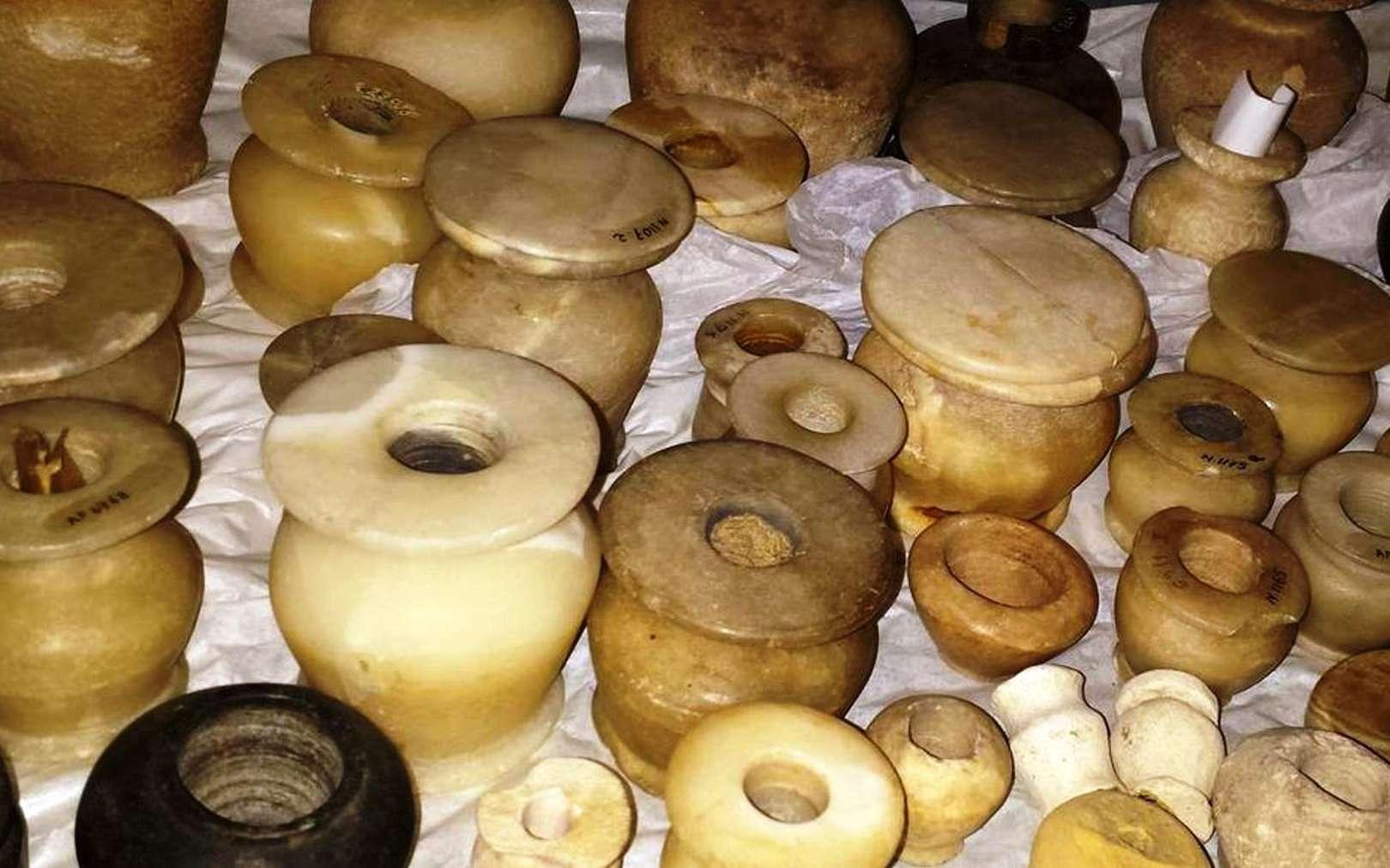 Les Égyptiens pratiquaient la synthèse chimique il y a 3.500 ans. Ici, pots à fard de l'ancienne Égypte (collection du musée du Louvre, Paris) dont sont issus certains des échantillons étudiés avec le carbone 14. © C. Moreau, LMC 14