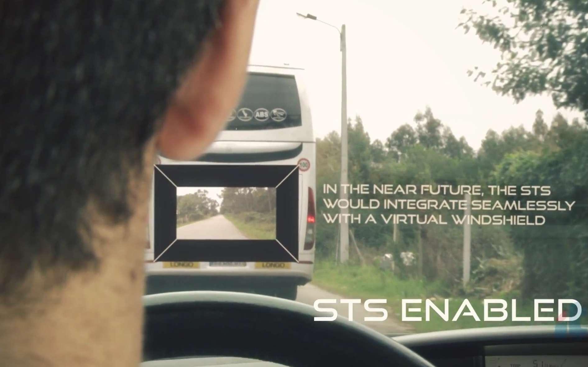 Cette capture d'image est issue d'un essai réalisé en conditions réelles par les chercheurs de l'université de Porto. Le système STS est enclenché (STS enabled). Grâce à un affichage tête haute projeté sur le parebrise, le conducteur regarde à travers le bus qu'il veut doubler, grâce à une caméra placée à l'avant de ce dernier. Il peut ainsi voir si la route est dégagée pour envisager le dépassement. La connexion entre la voiture et le bus s'effectue automatiquement via le protocole de communication sans fil 802.11p. La légende de l'image indique que dans un « futur proche, le STS serait intégré de façon transparente dans un parebrise virtuel ». © Université de Porto, YouTube